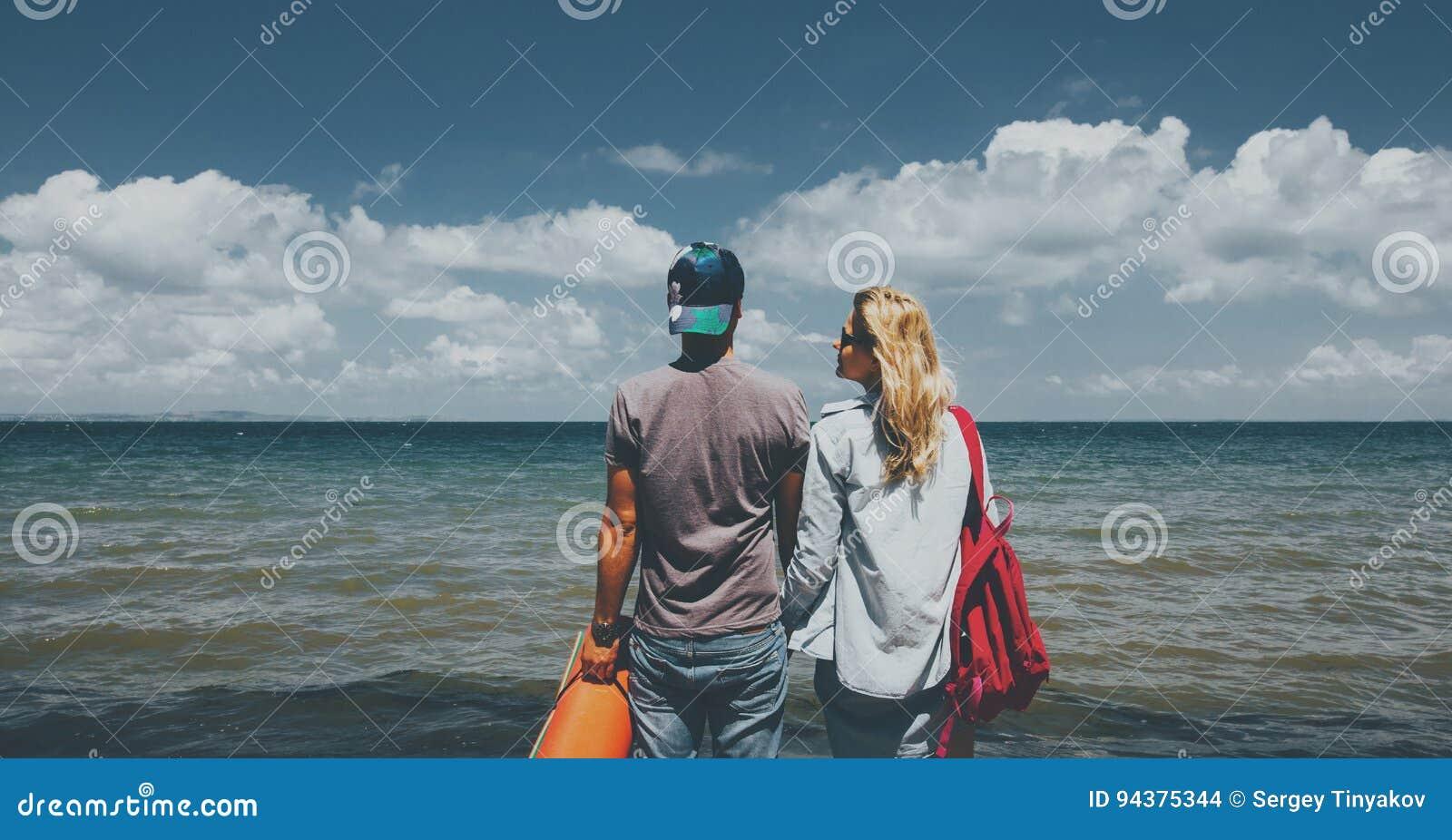 Hombre y mujer que miran concepto de la aventura del día de fiesta del viaje de los amigos del mar junto
