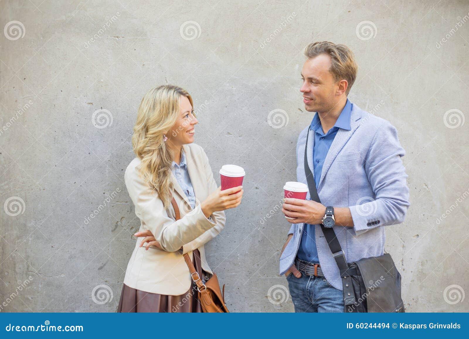 Hombre y mujer que tienen una conversación