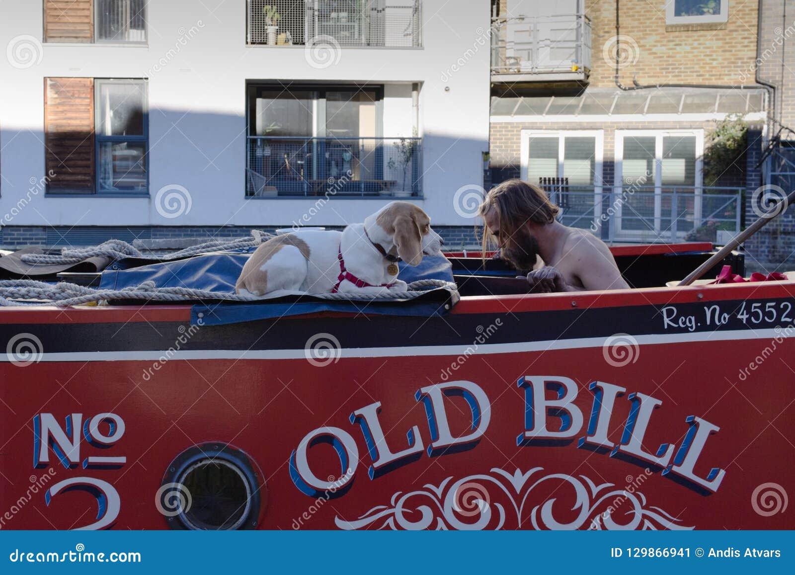 Hombre y perro grande con respecto a uno a nariz a sospechar
