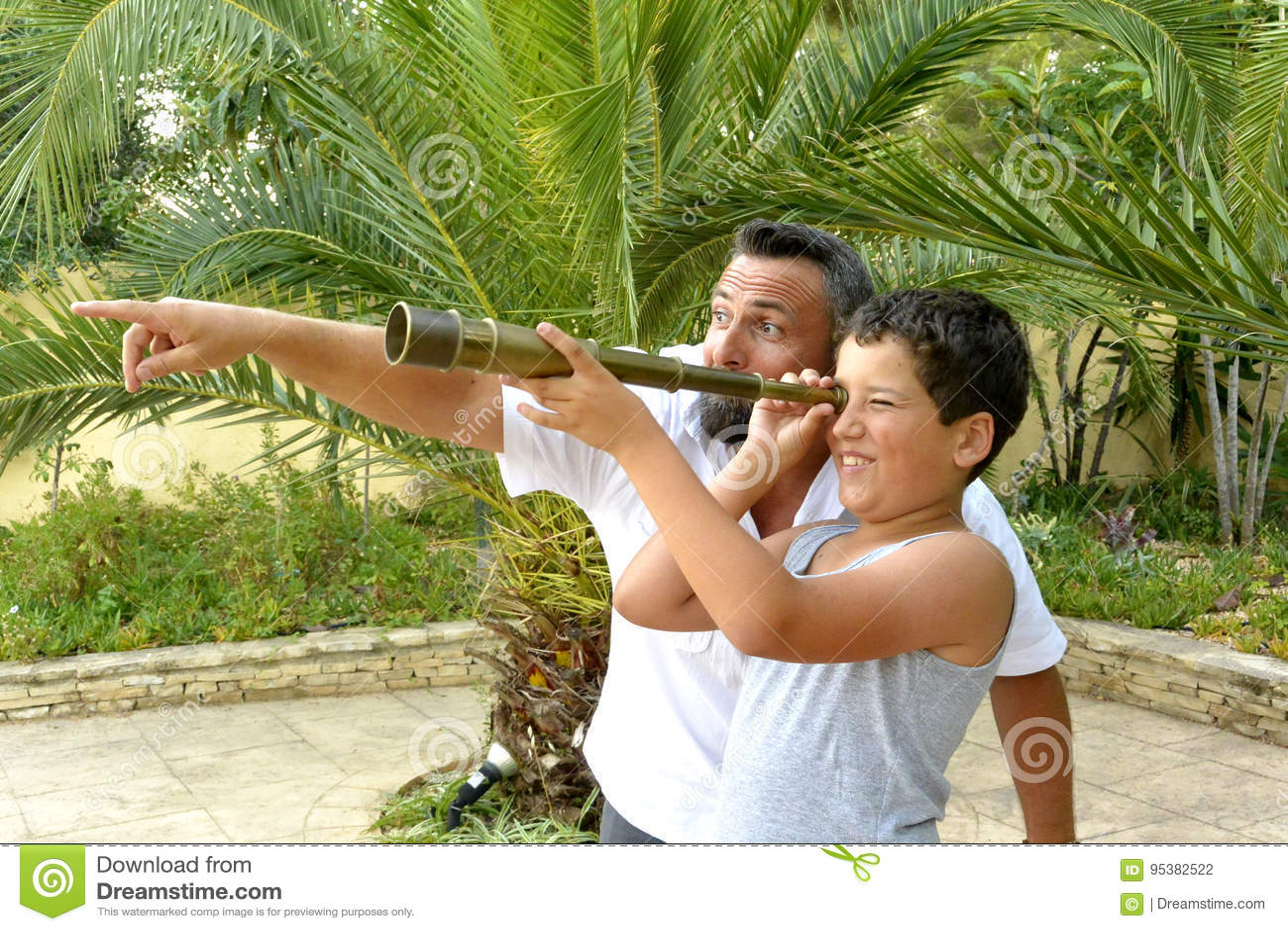 Hombre y un muchacho con el catalejo