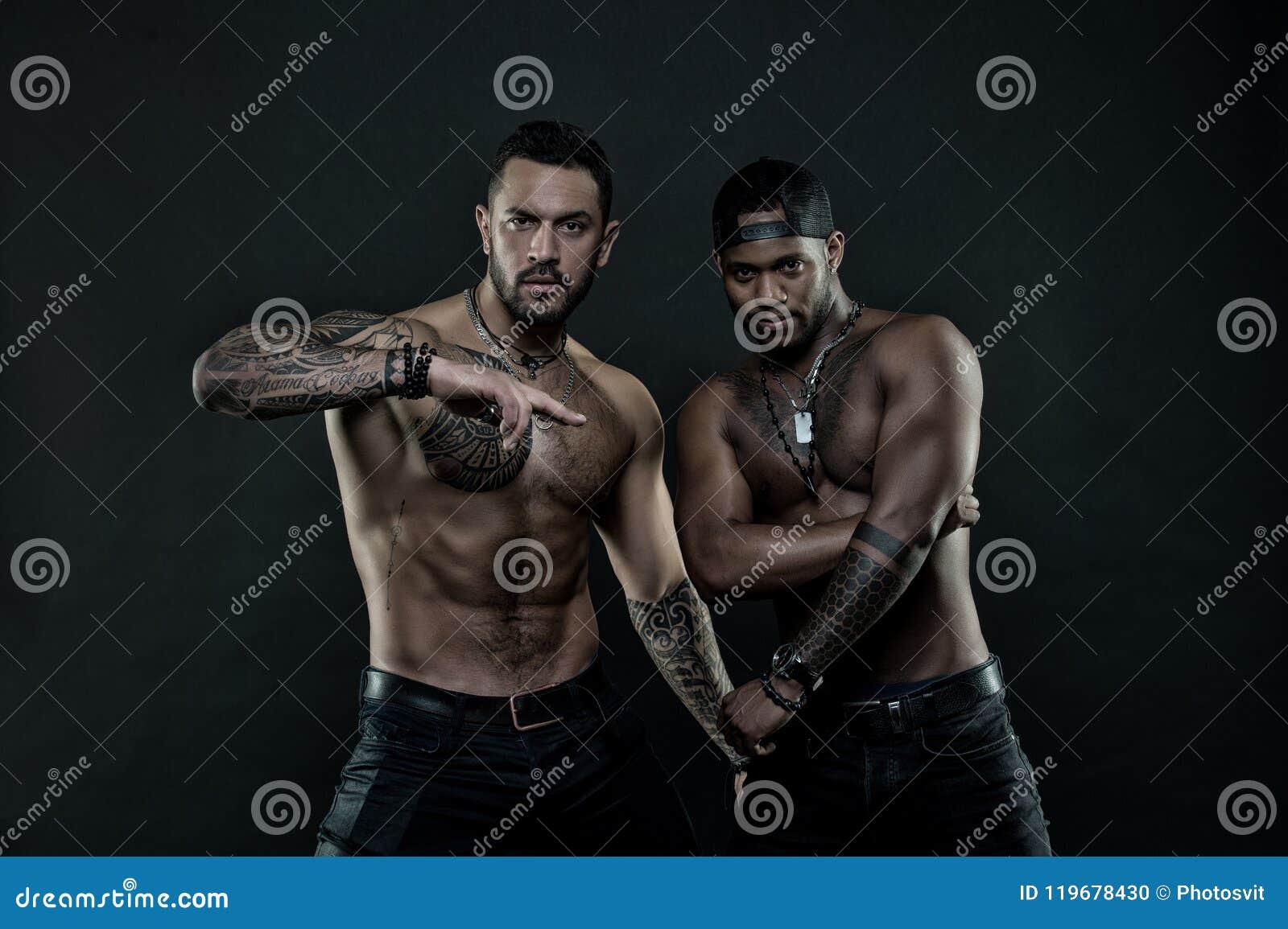 Hombres Africanos E Hispánicos Con El Torso Desnudo Atractivo
