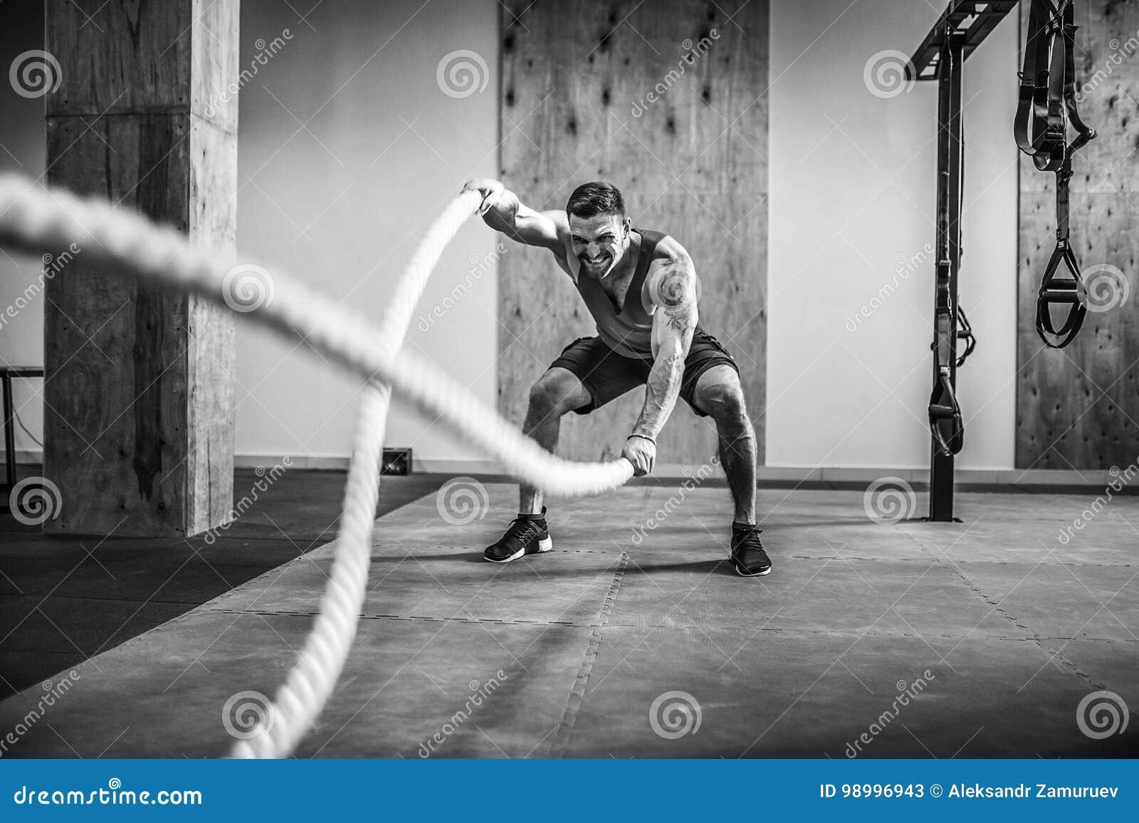 Hombres con la cuerda en aptitud funcional del entrenamiento