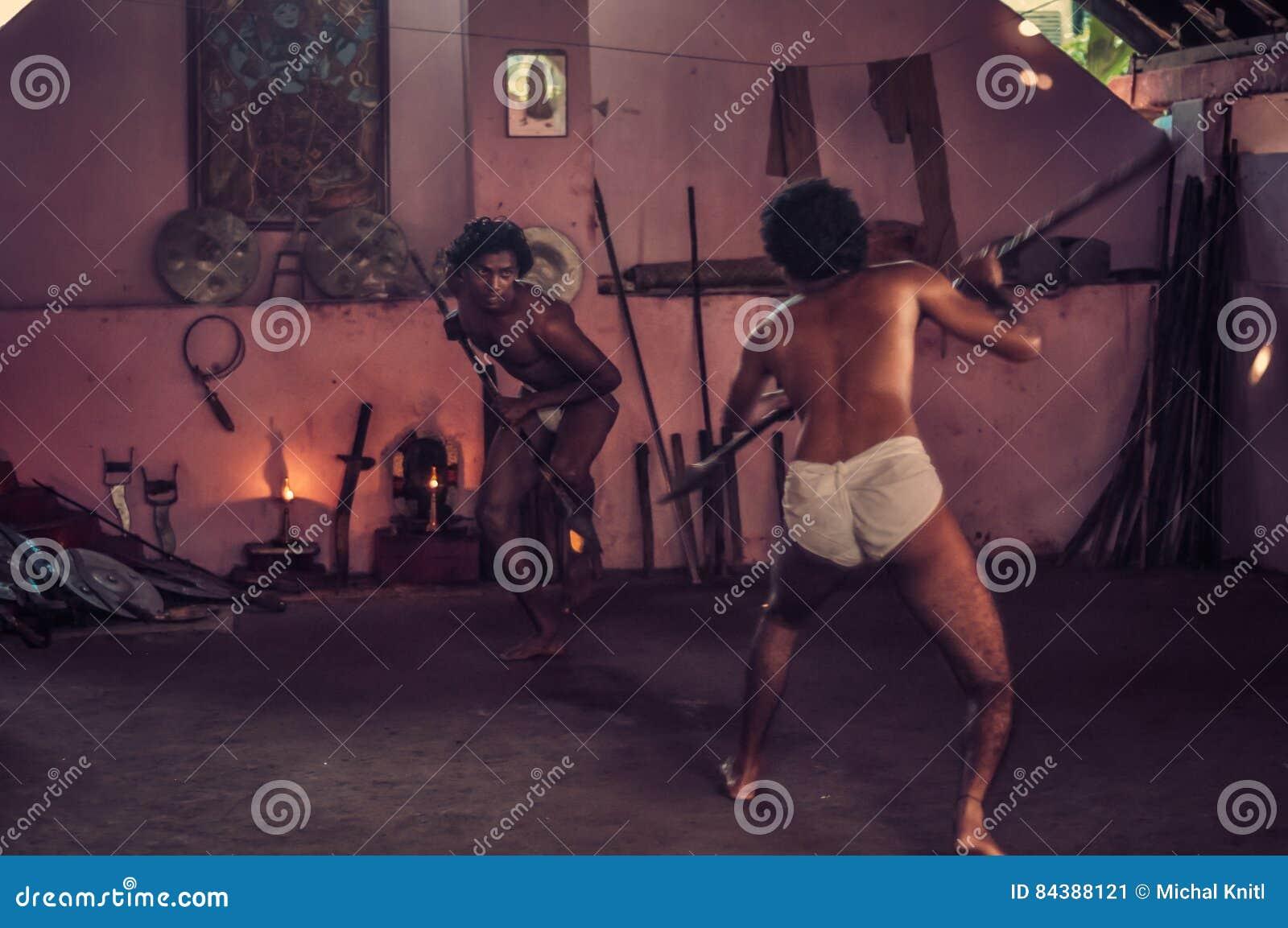 Hombres con las lanzas en Kerala
