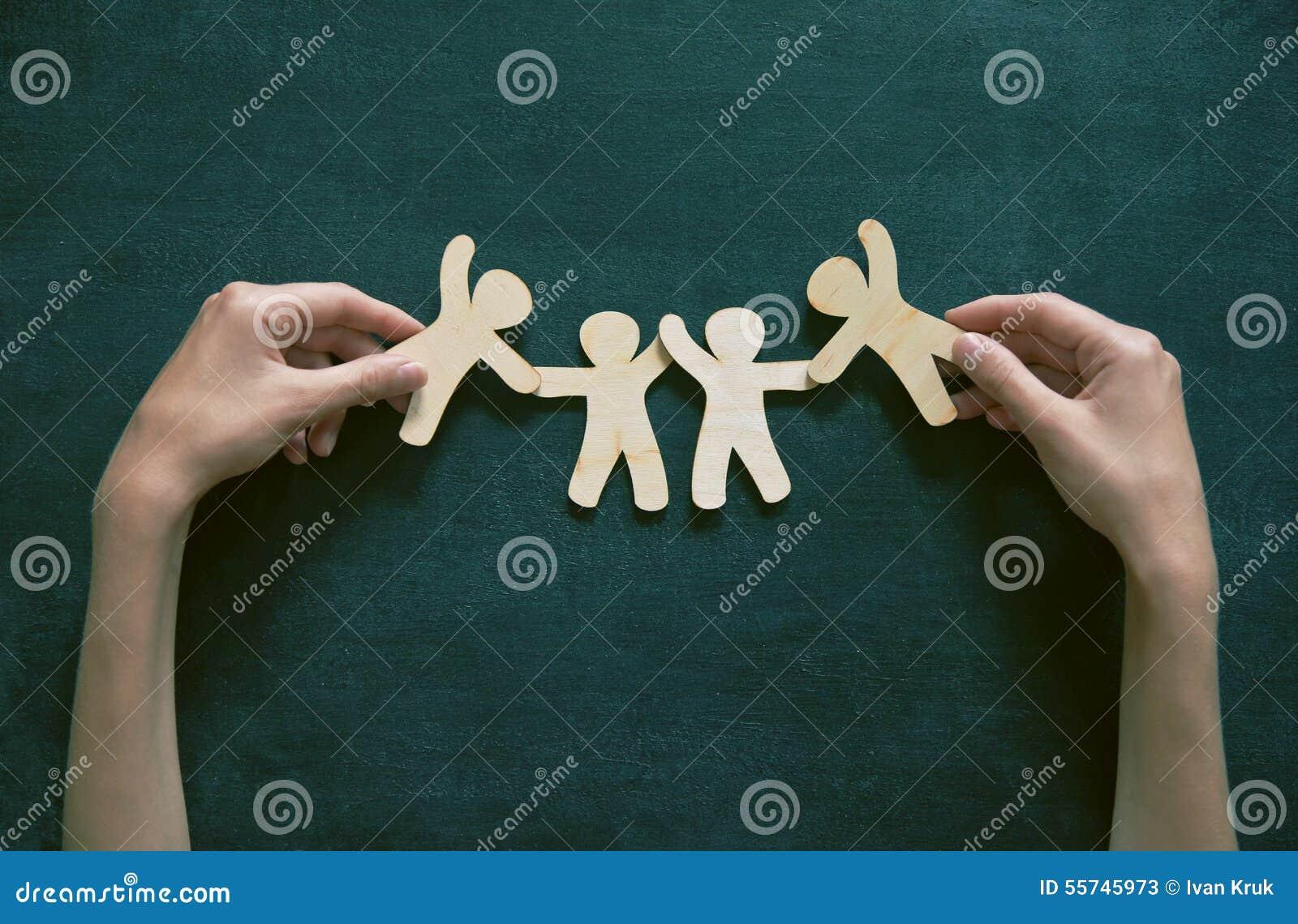 Hombres de madera que llevan a cabo las manos