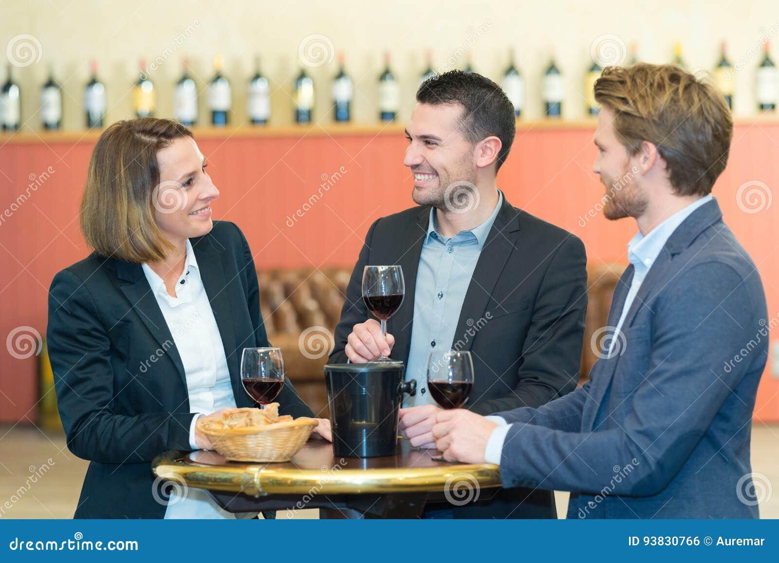 Hombres de negocios acertados del grupo que celebran el acuerdo de la gran oferta