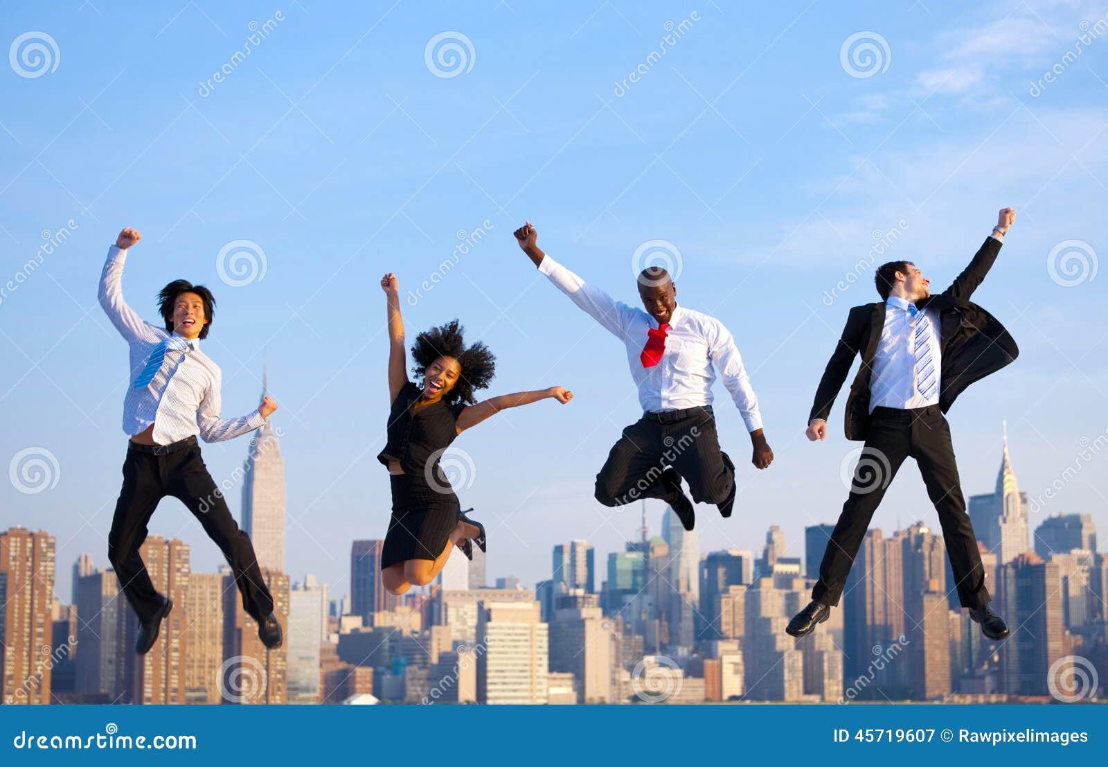 Hombres de negocios acertados felices que celebran saltando en nueva Y