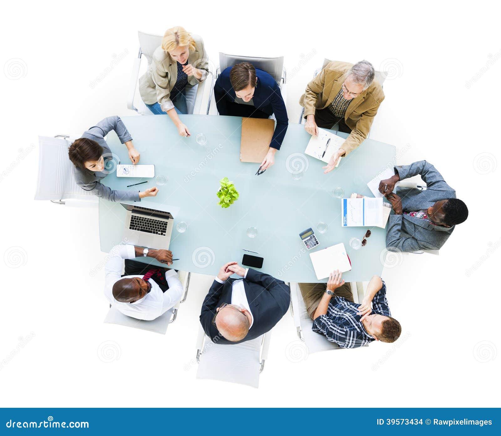 Hombres de negocios alrededor de la mesa de reuniones foto for Alrededor de tu mesa