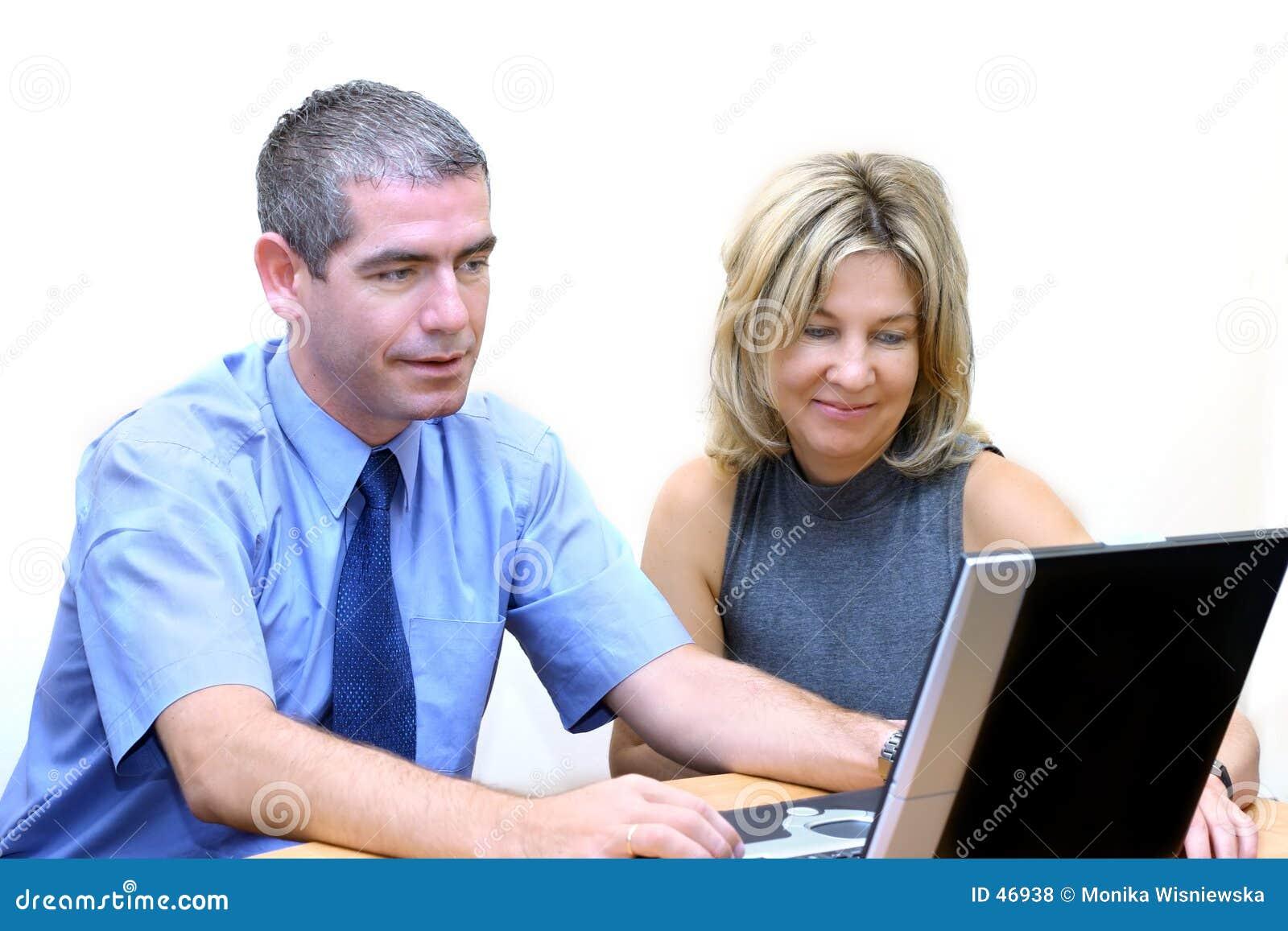 Hombres de negocios - búsqueda del Internet