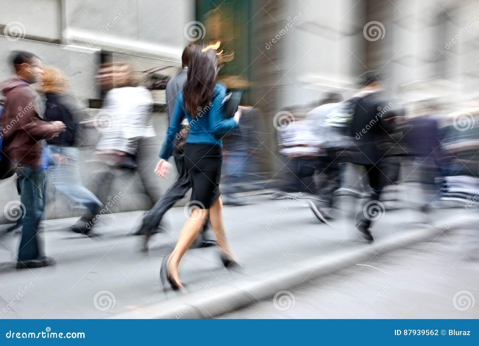 Hombres de negocios borrosos movimiento que caminan en la calle