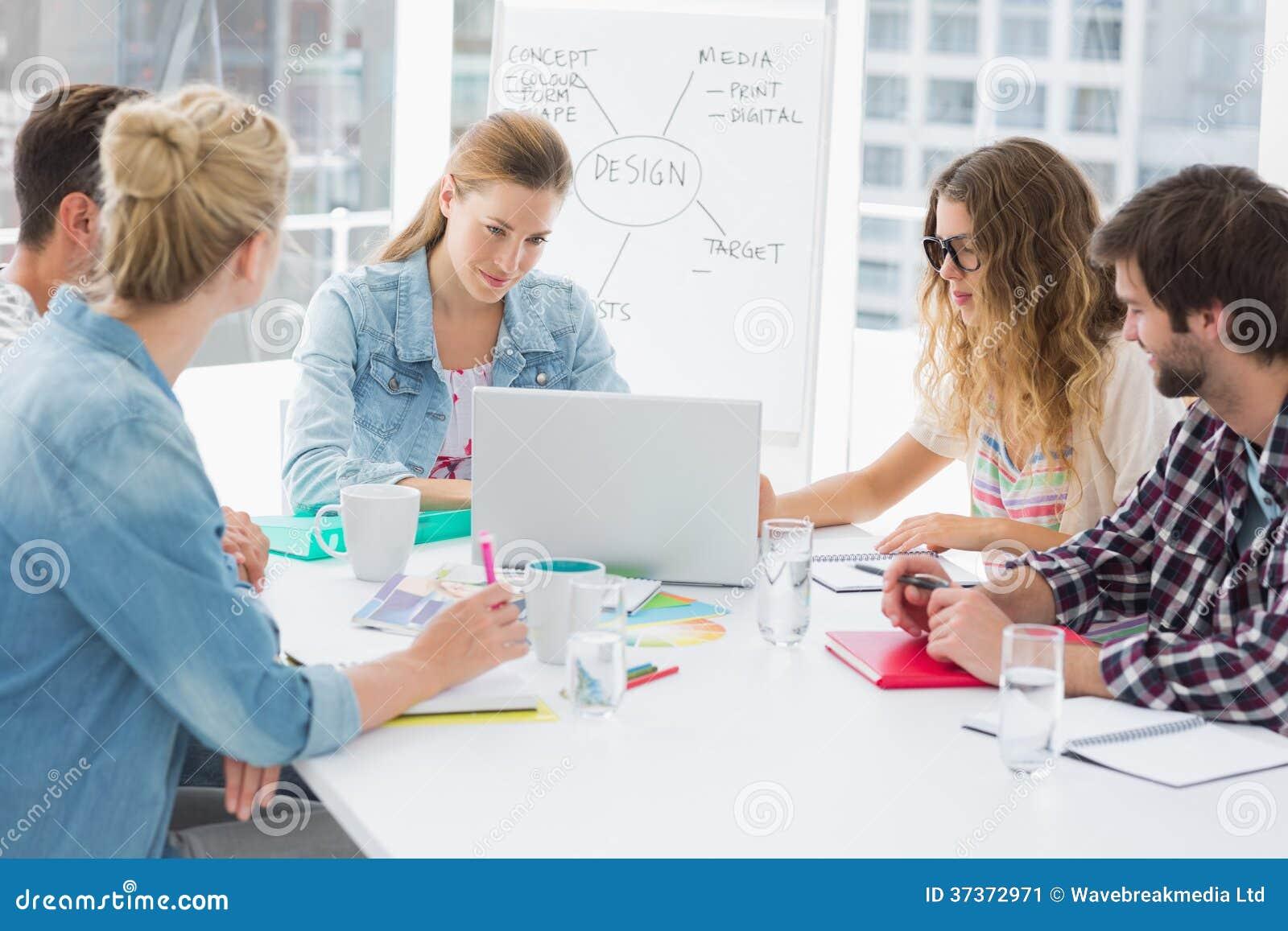 Hombres de negocios casuales alrededor de la mesa de for Xxx porno en la oficina