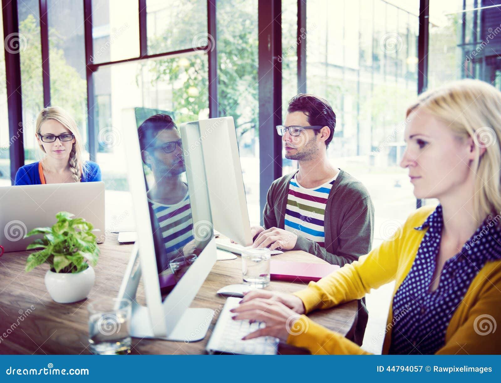 Hombres de negocios casuales que trabajan en la oficina