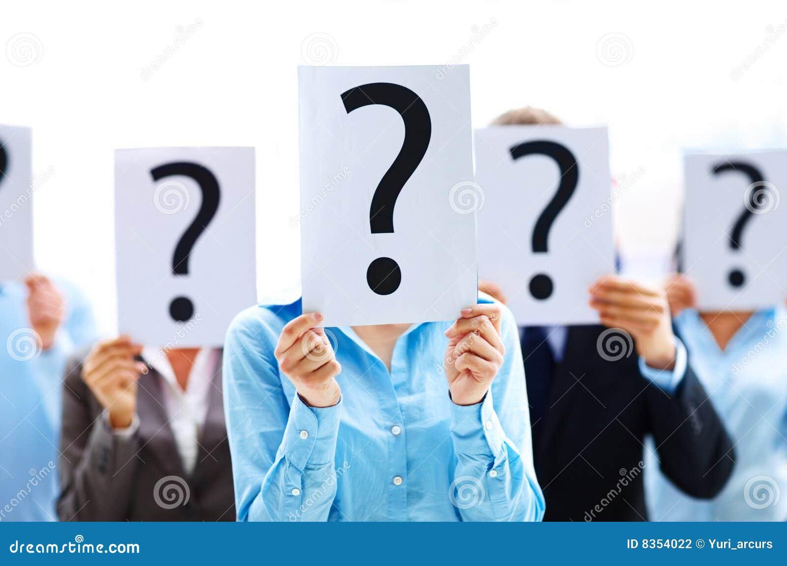 Hombres de negocios con el signo de interrogación