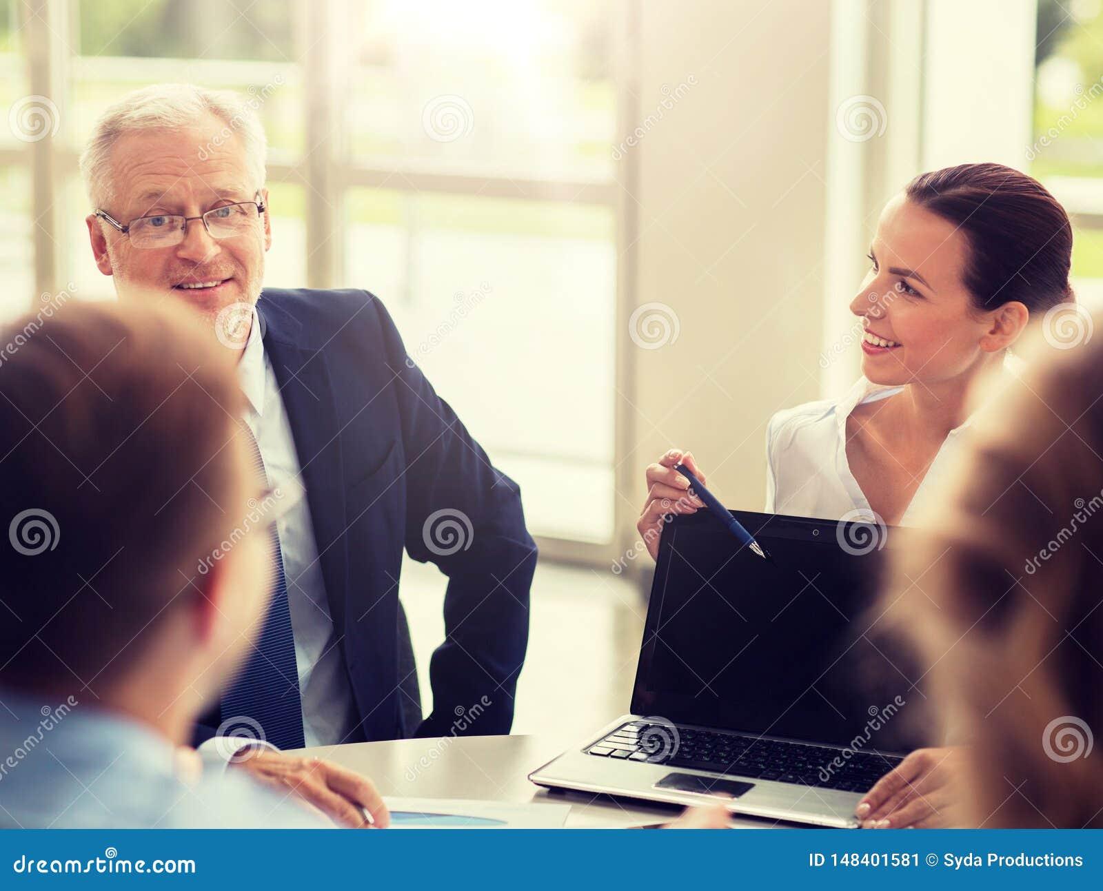 Hombres de negocios con la reuni?n del ordenador port?til en oficina