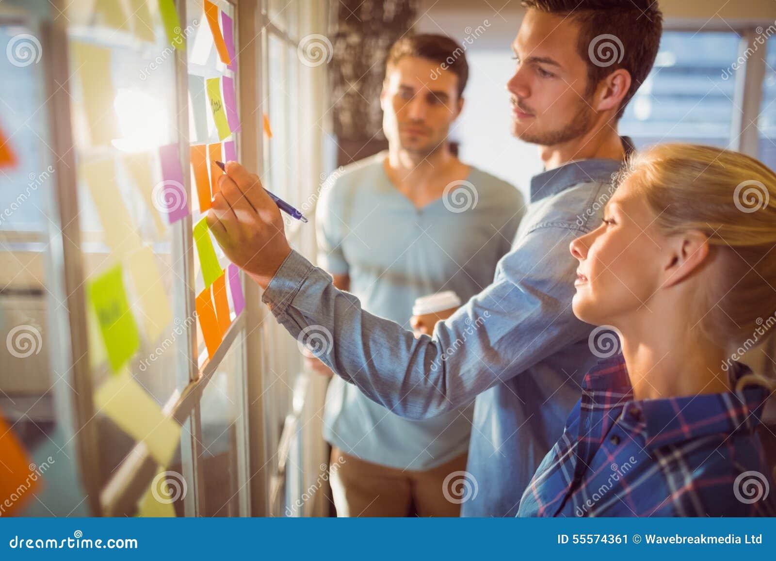 Hombres de negocios creativos jovenes