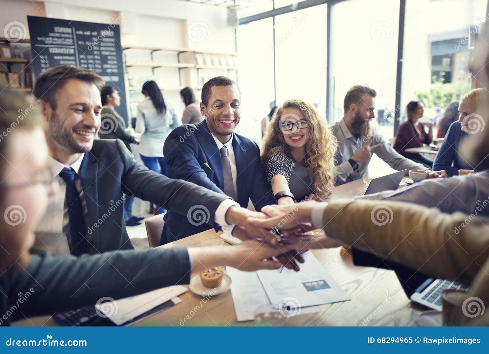 Hombres de negocios de la colaboración del trabajo en equipo del concepto de la unión