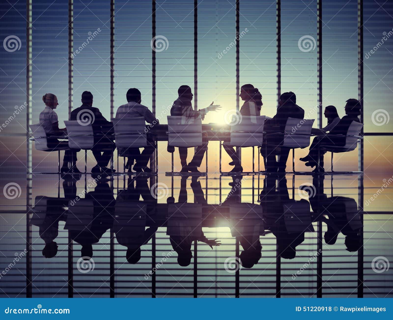 Hombres de negocios de la comunicación corporativa de la reunión del concepto de la oficina