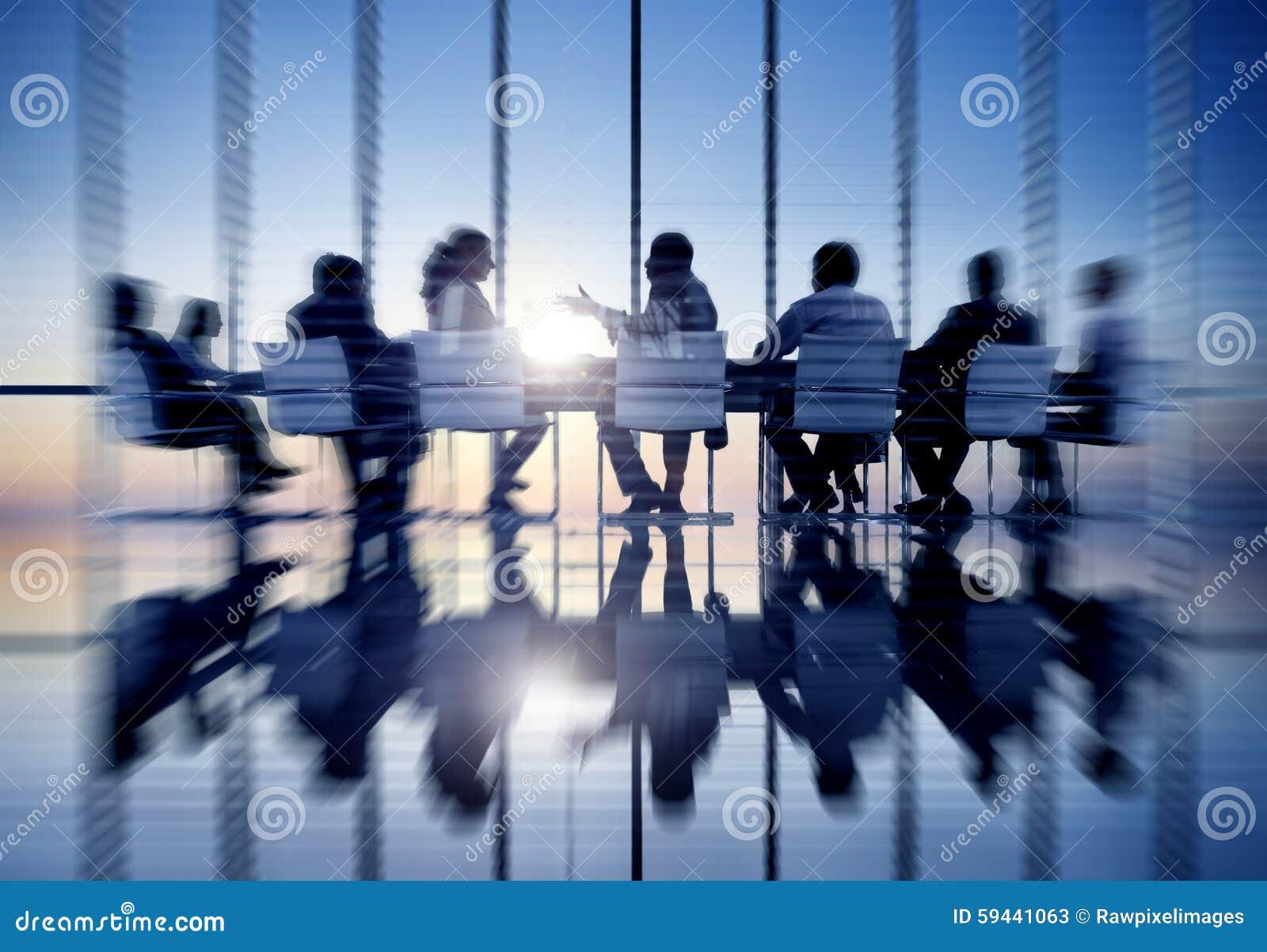 Hombres de negocios de la comunicación de la oficina de reunión del concepto de la sala