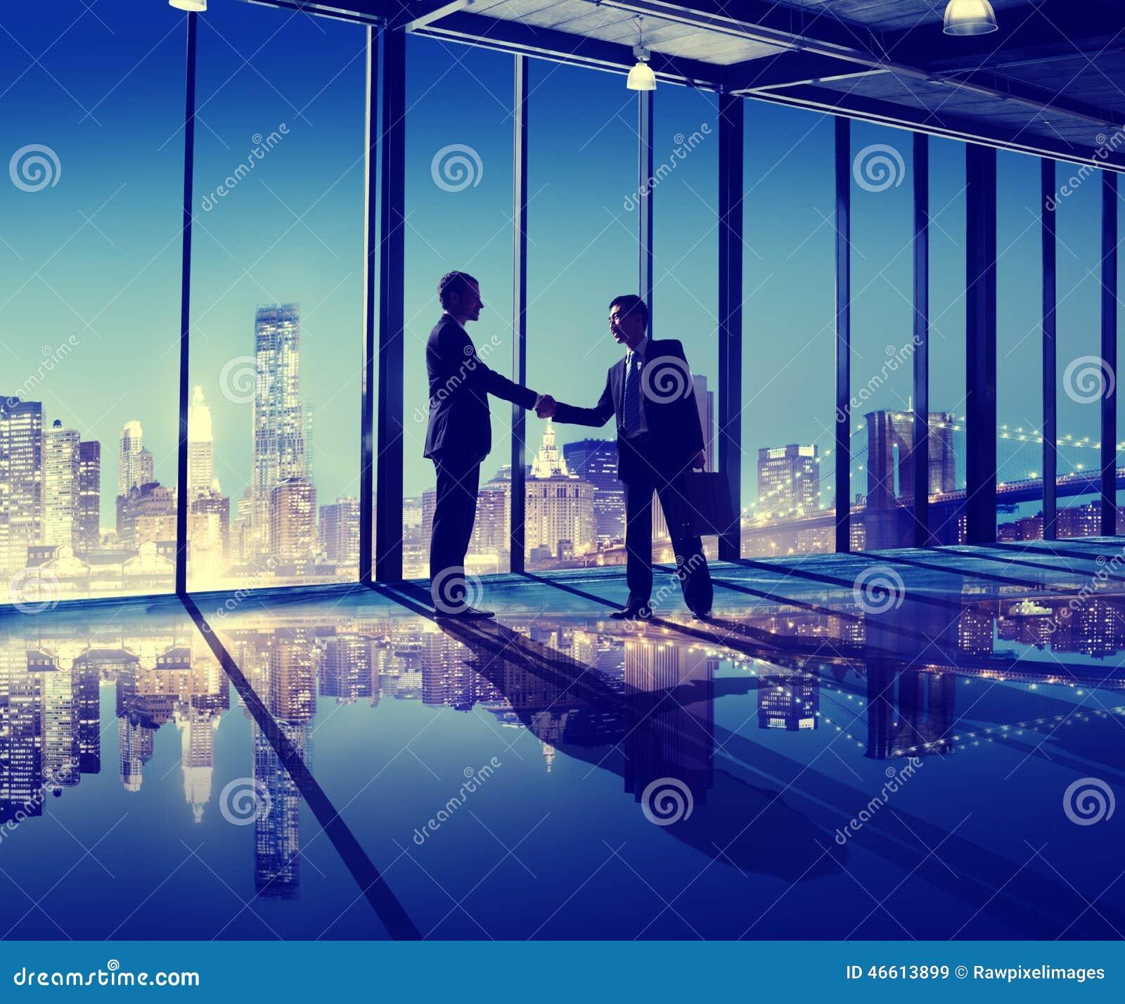 Hombres de negocios de la mano de la sacudida de la oficina del concepto de la ciudad