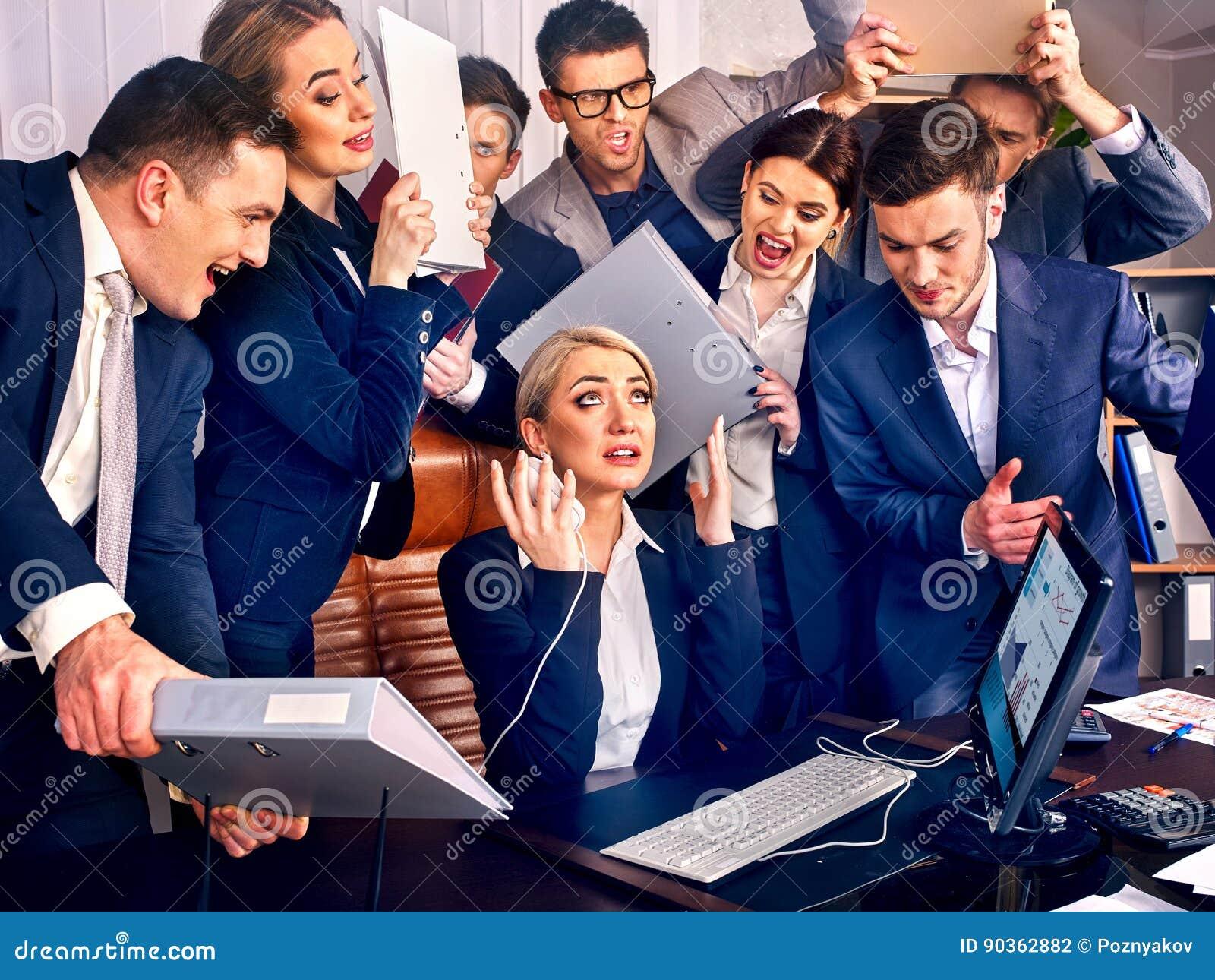 Hombres de negocios de la oficina La gente del equipo es infeliz con su líder