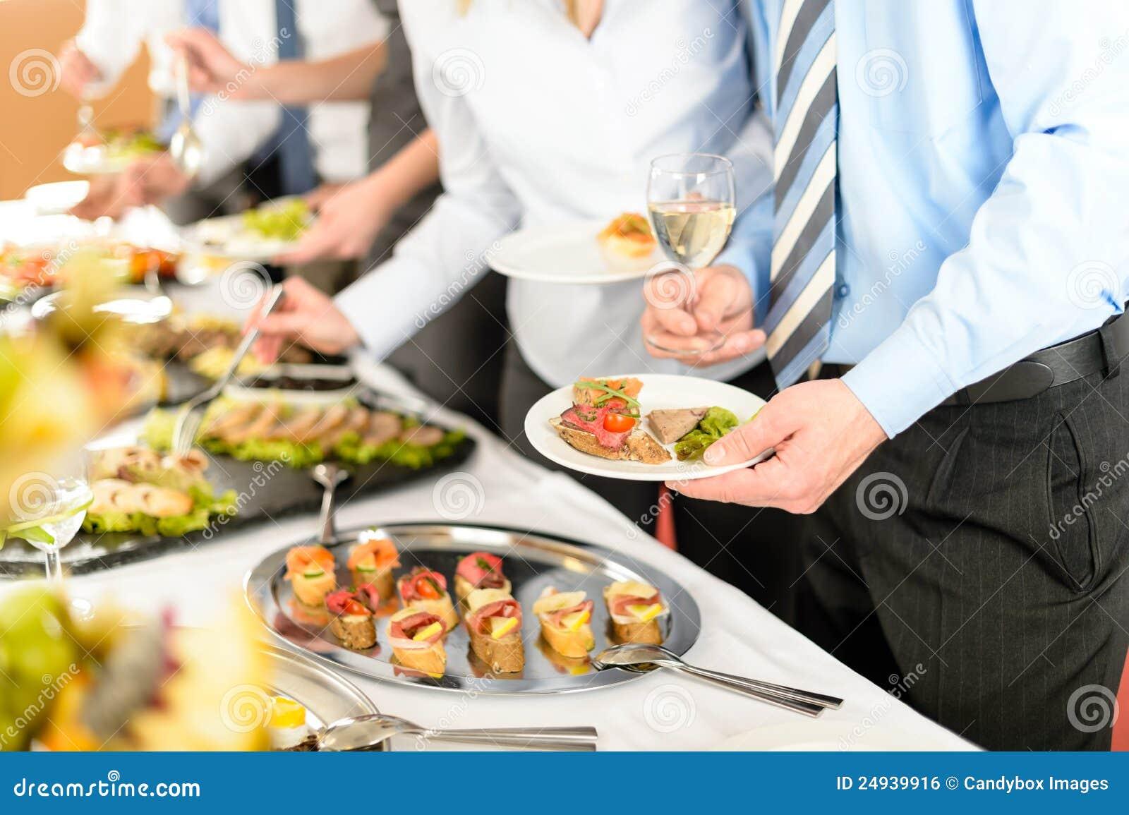 Hombres de negocios de la toma de los aperitivos de la comida fría