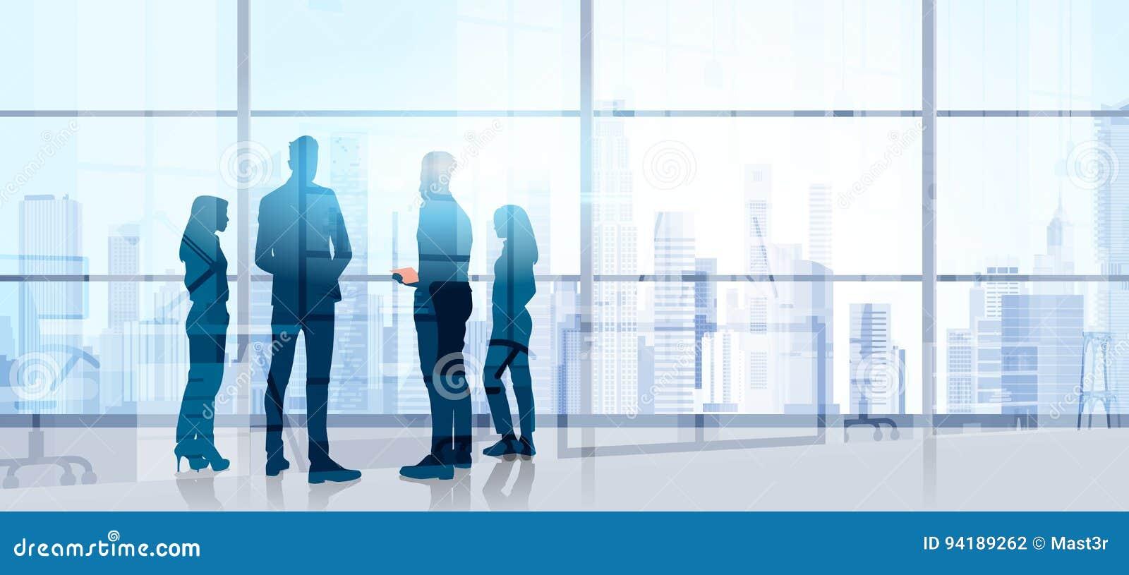 Hombres de negocios de Team Stand Talking Seminar Training de la silueta de la reunión de reflexión de la conferencia en oficina