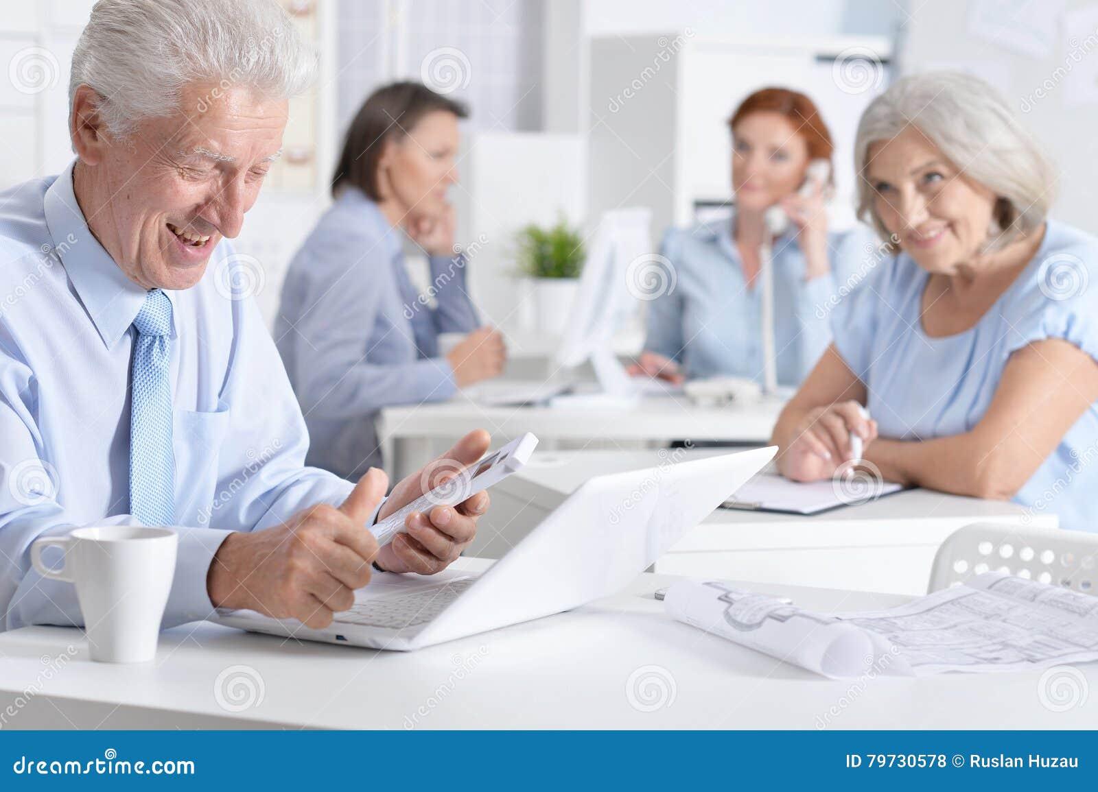 Hombres de negocios de trabajo en oficina
