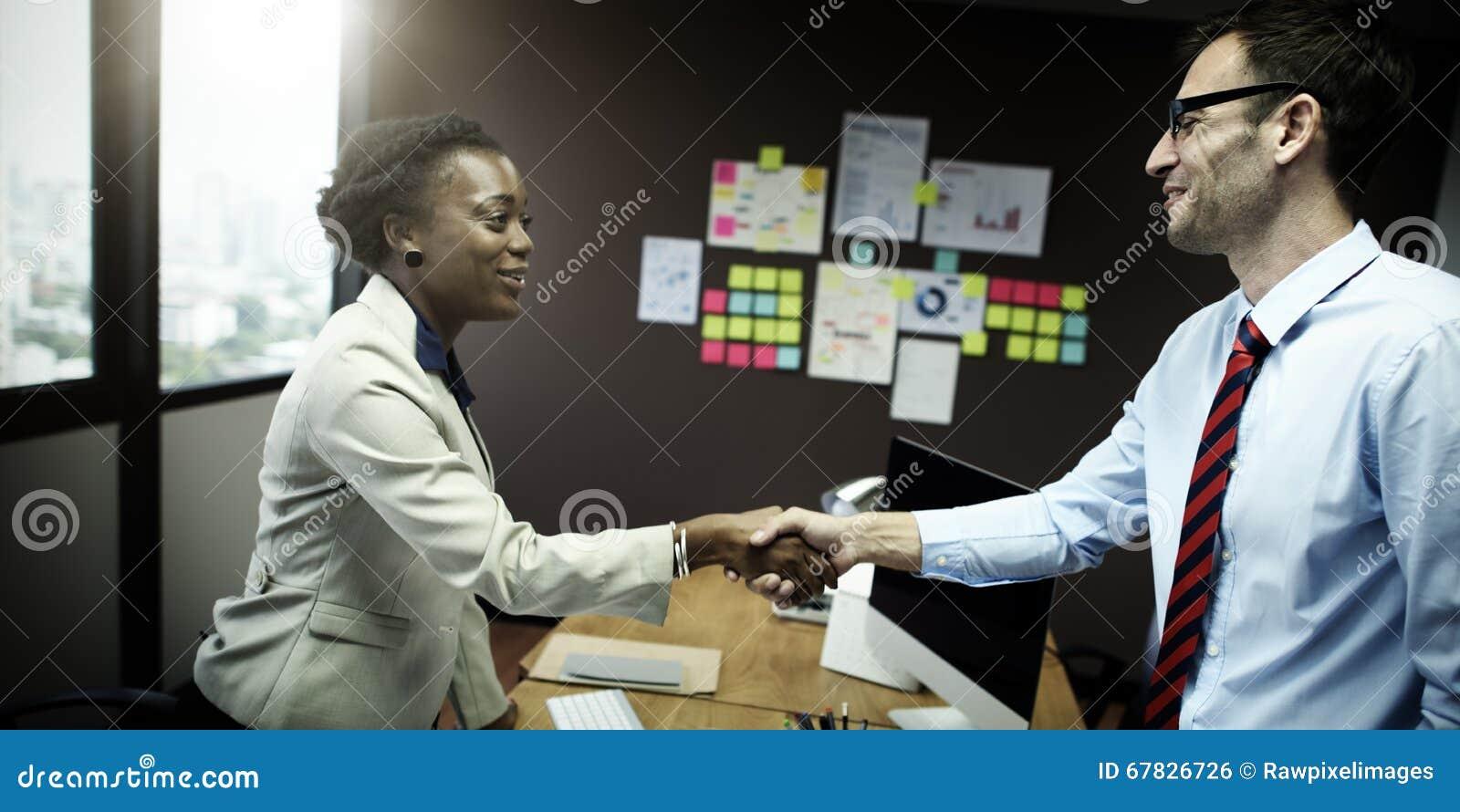 Hombres de negocios del apretón de manos del saludo del concepto del trato
