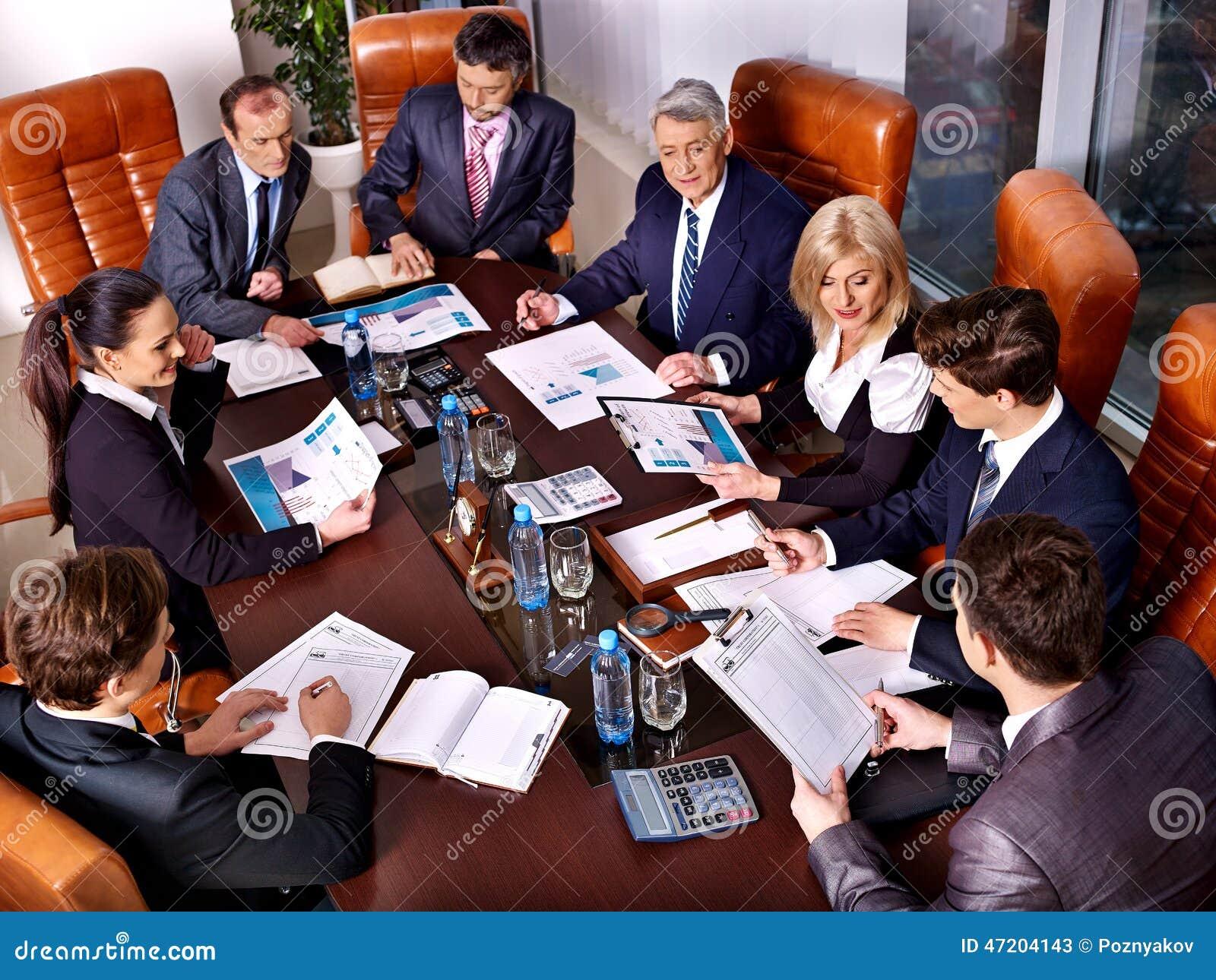 Hombres de negocios del grupo en oficina