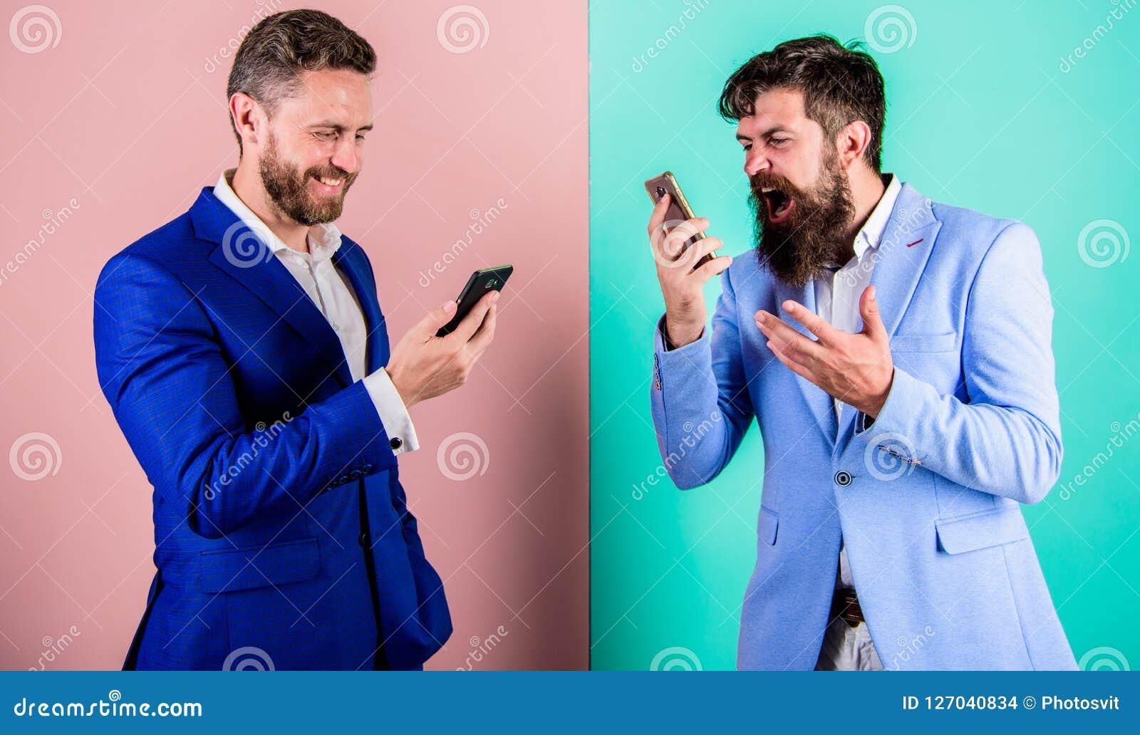 Hombres de negocios del uso de las tecnologías modernas de Internet para la comunicación Calidad móvil de la cobertura y de la co