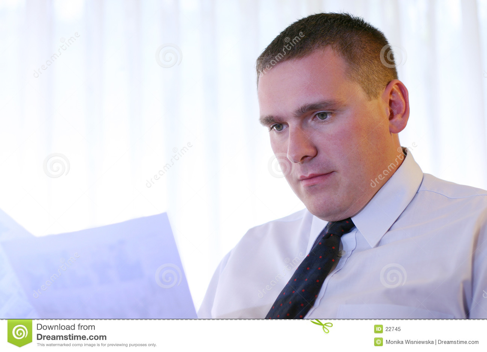 Hombres de negocios - documentos de la lectura