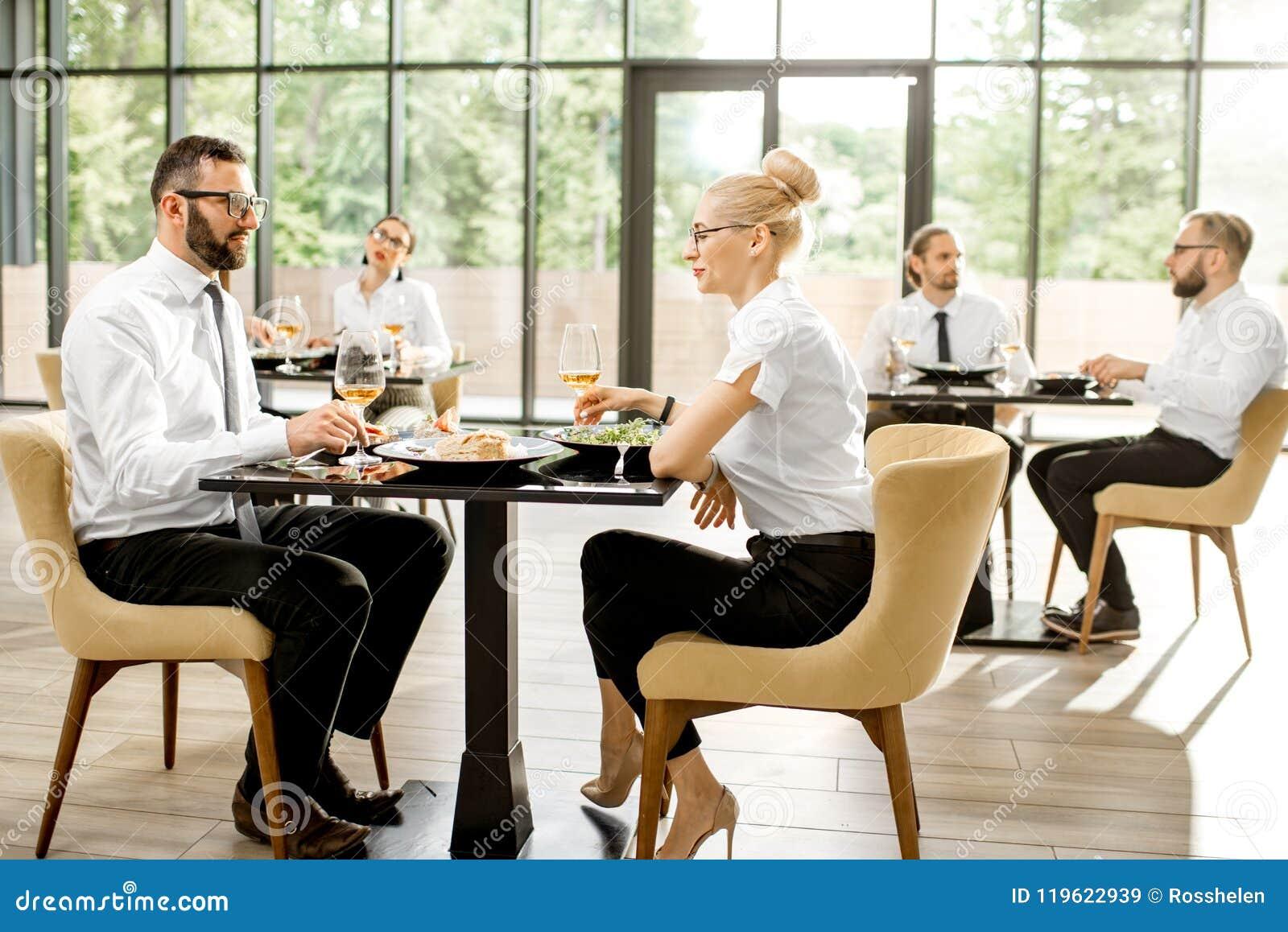 Hombres de negocios durante un almuerzo en el restaurante