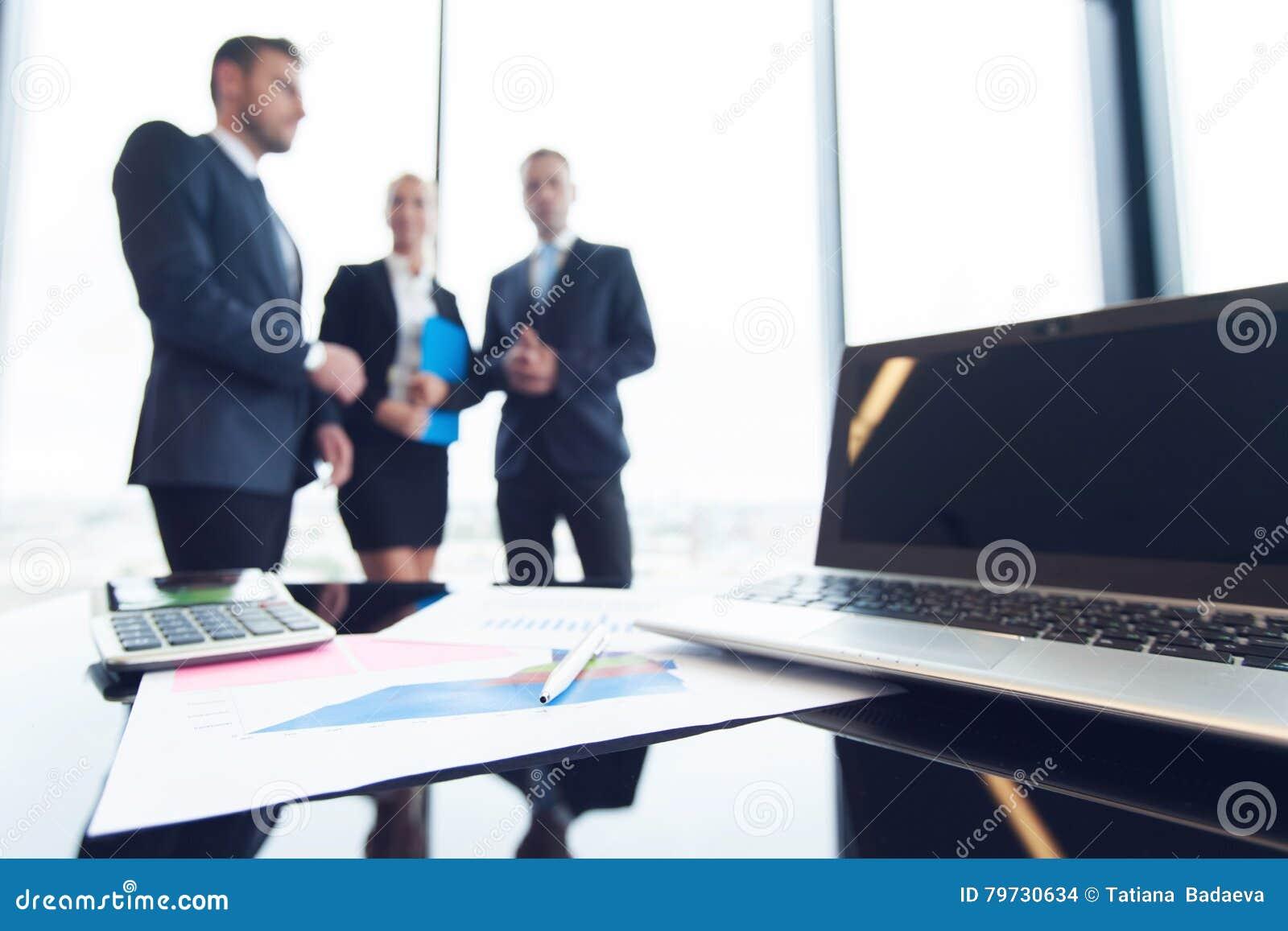 Hombres de negocios e informes financieros