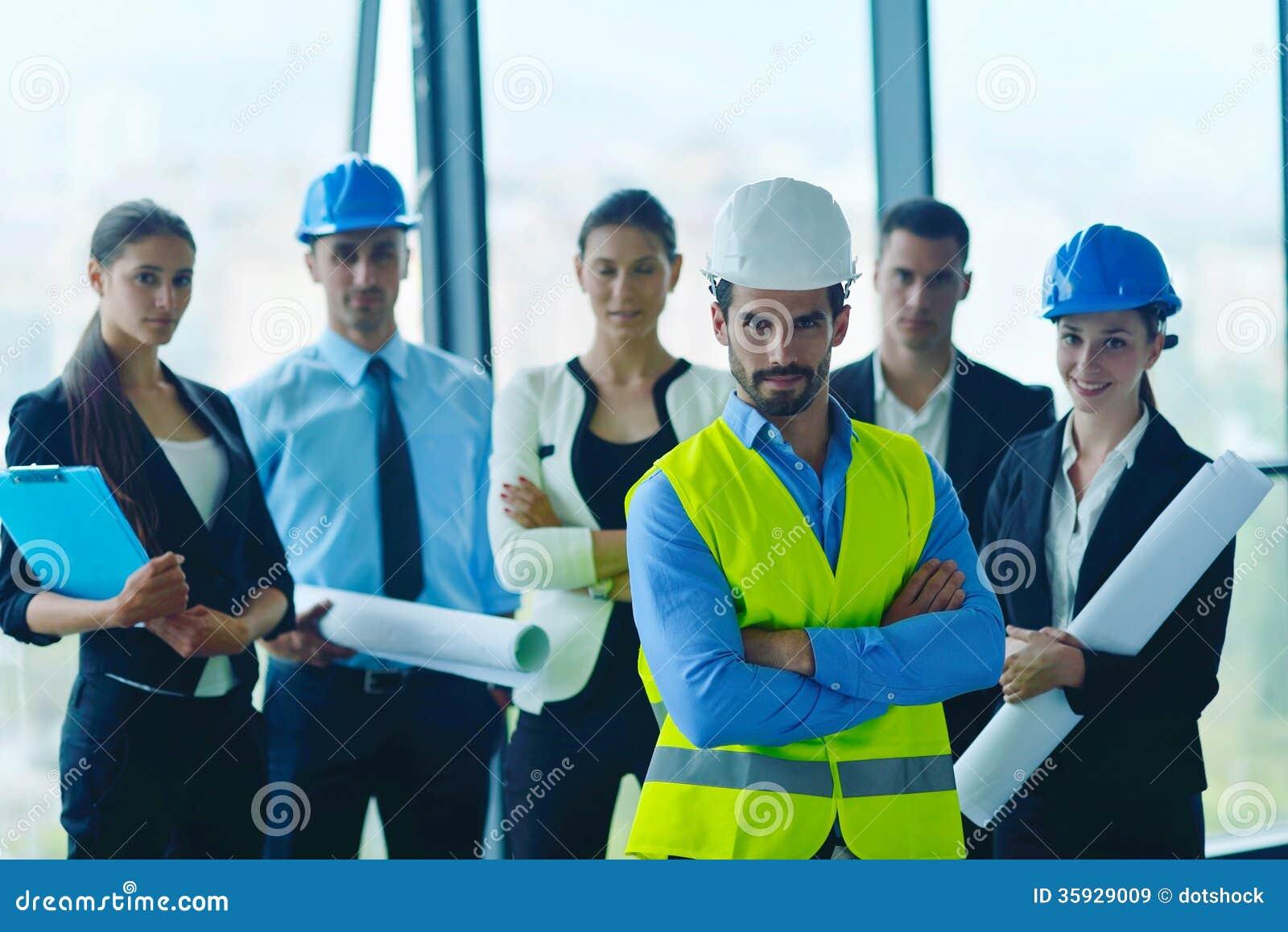 Hombres de negocios e ingenieros en la reunión