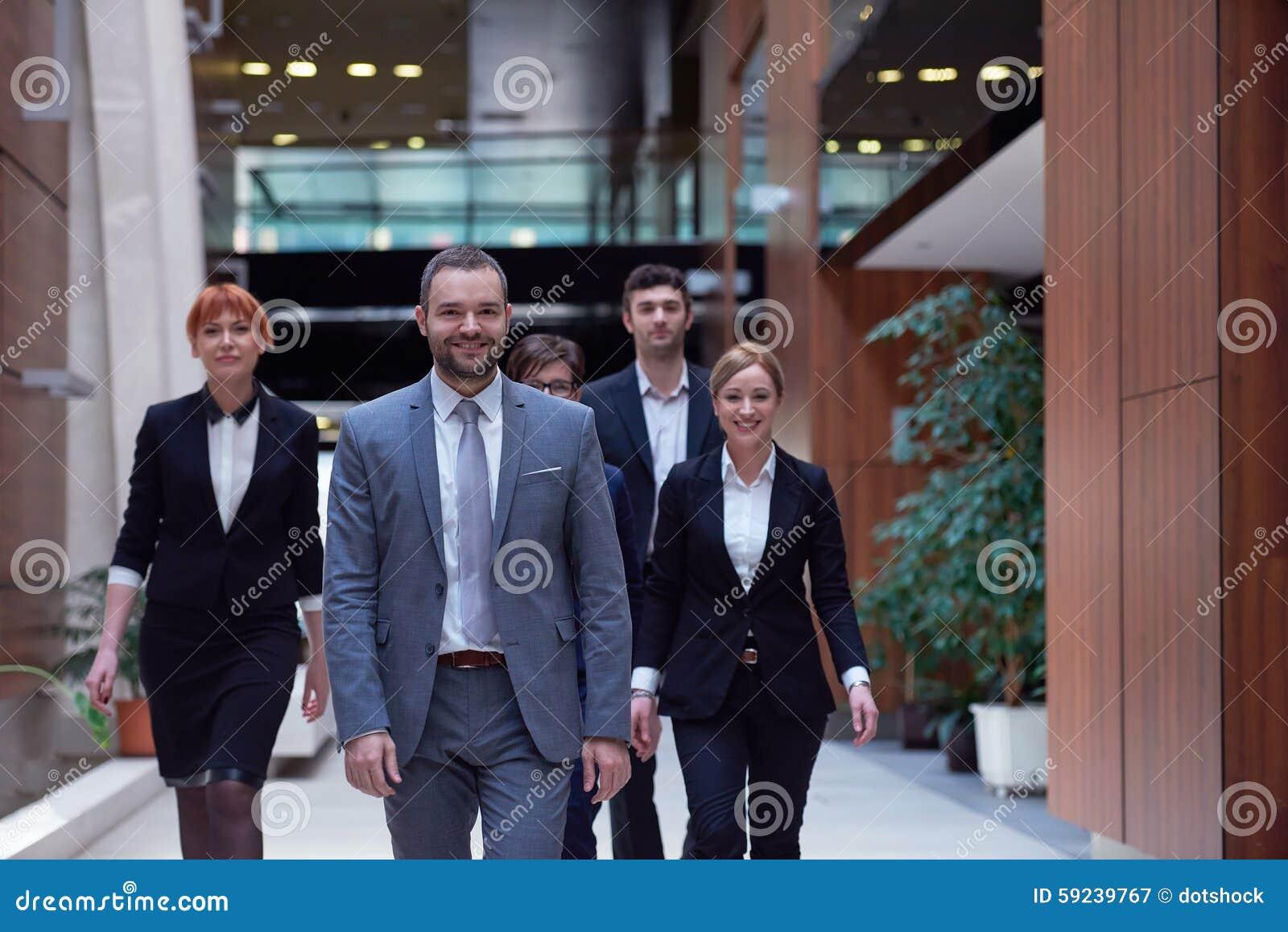Download Hombres De Negocios El Recorrer De Las Personas Imagen de archivo - Imagen de ciudad, vida: 59239767