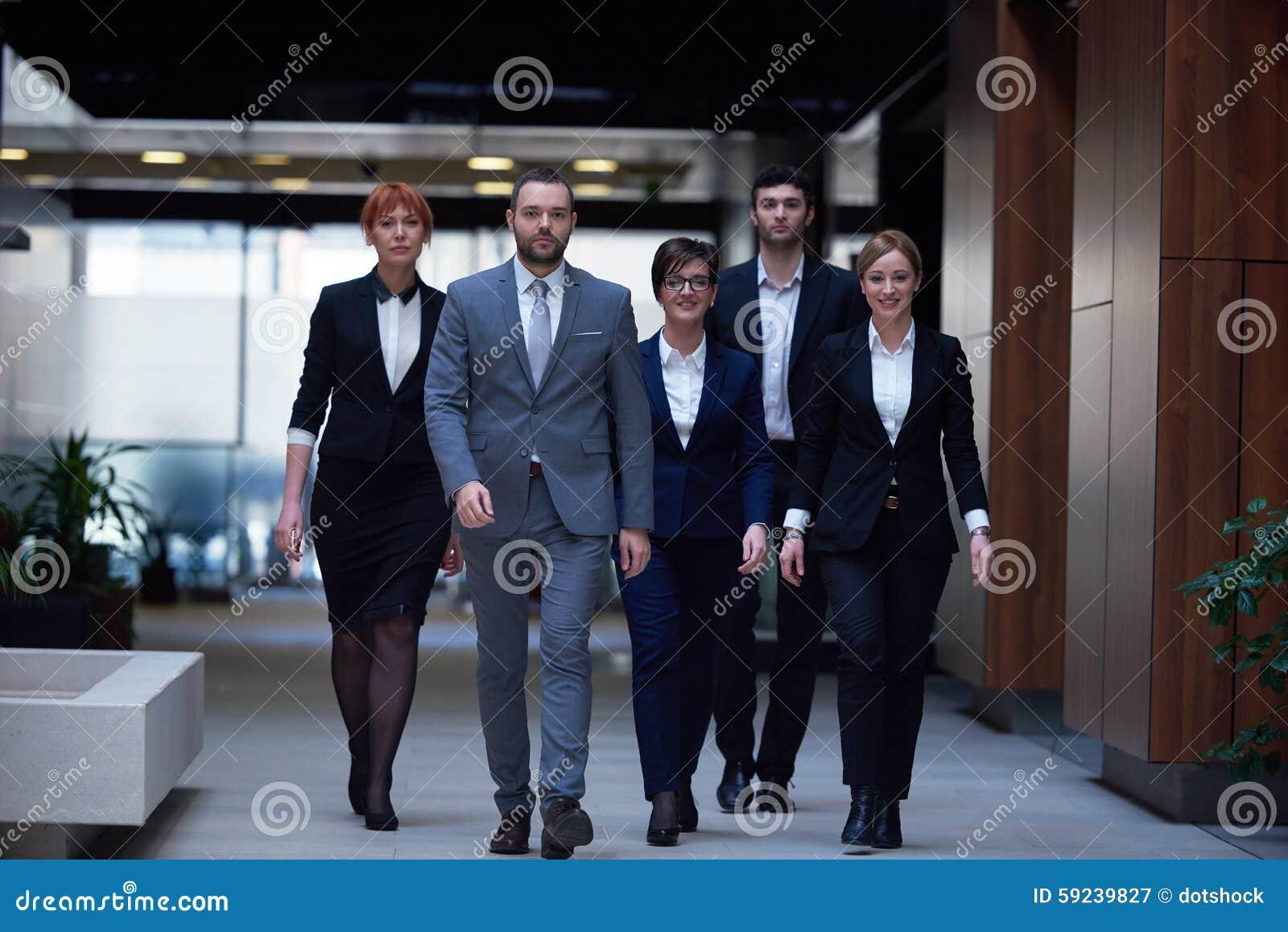 Download Hombres De Negocios El Recorrer De Las Personas Imagen de archivo - Imagen de extracto, vida: 59239827