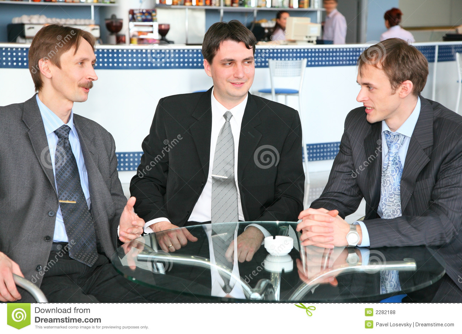 Hombres de negocios en café