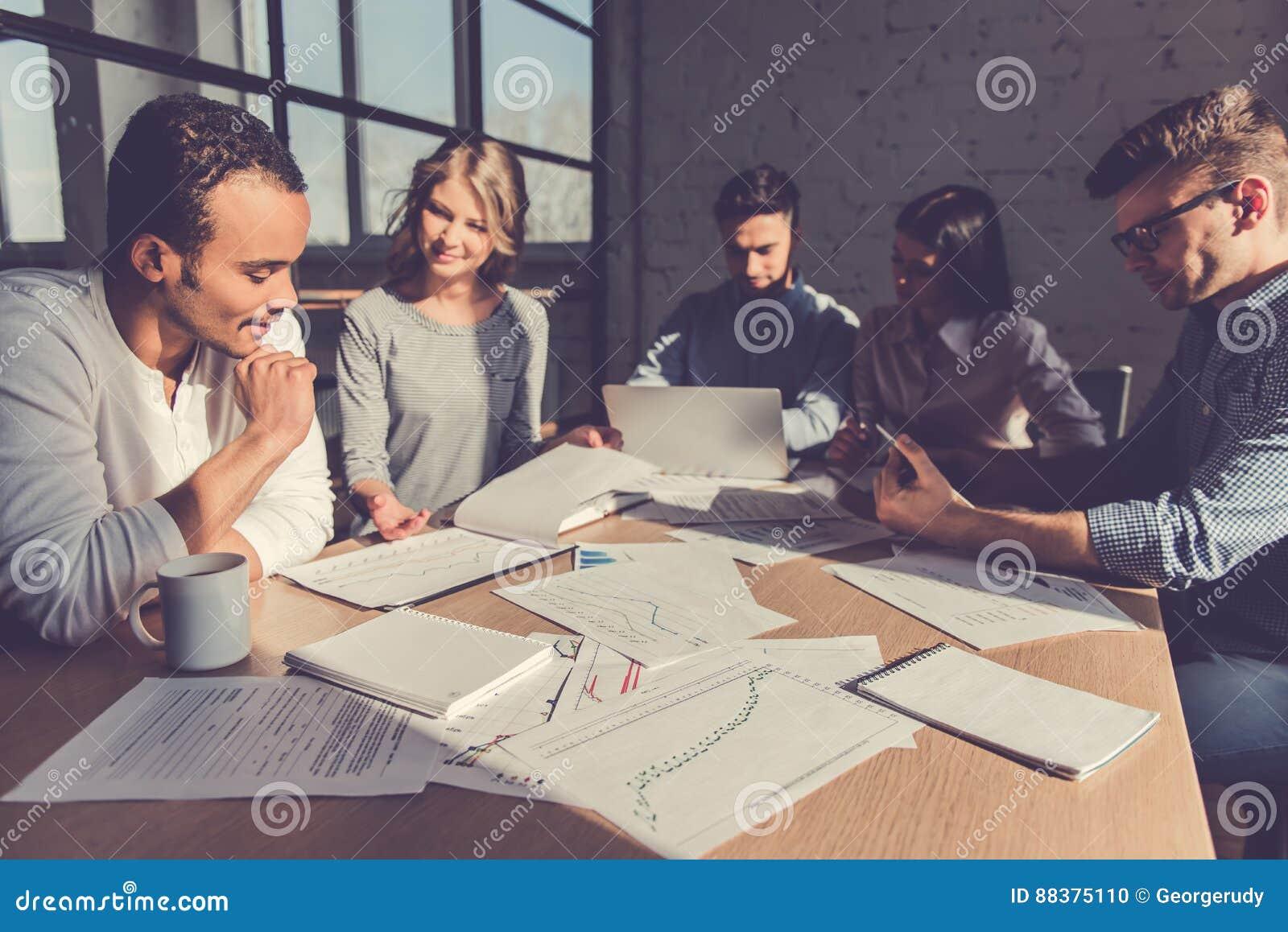 Hombres de negocios en la conferencia