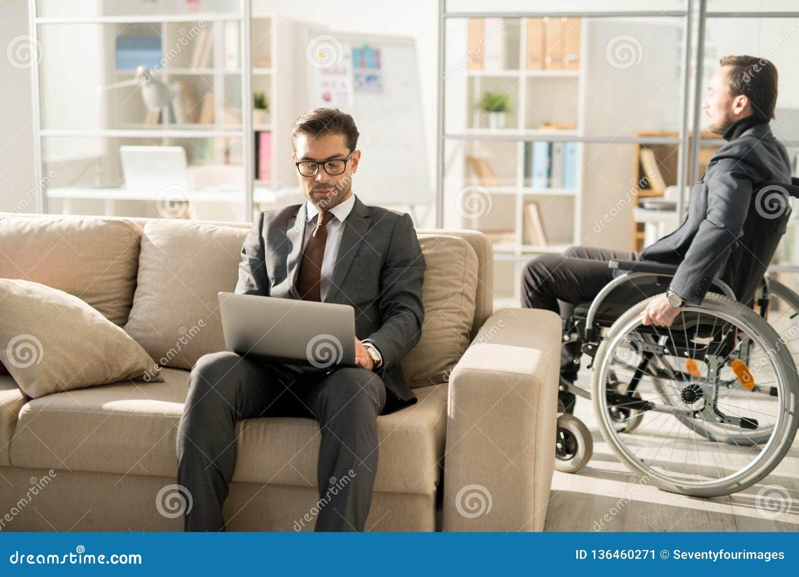 Hombres de negocios en la oficina moderna