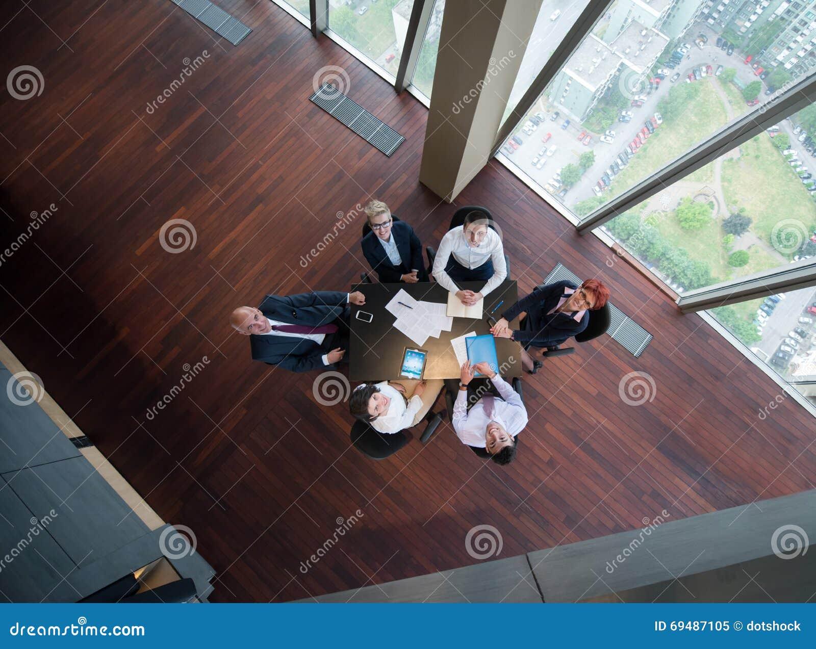 Hombres de negocios felices del grupo en la reunión en la oficina moderna