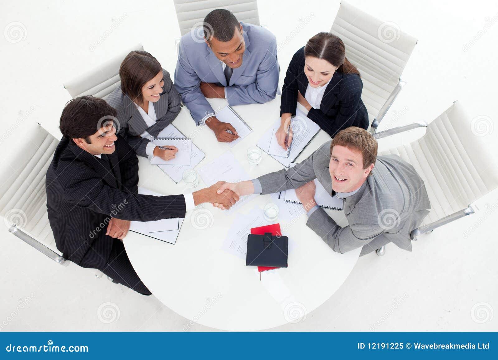 Hombres de negocios felices que cierran un reparto