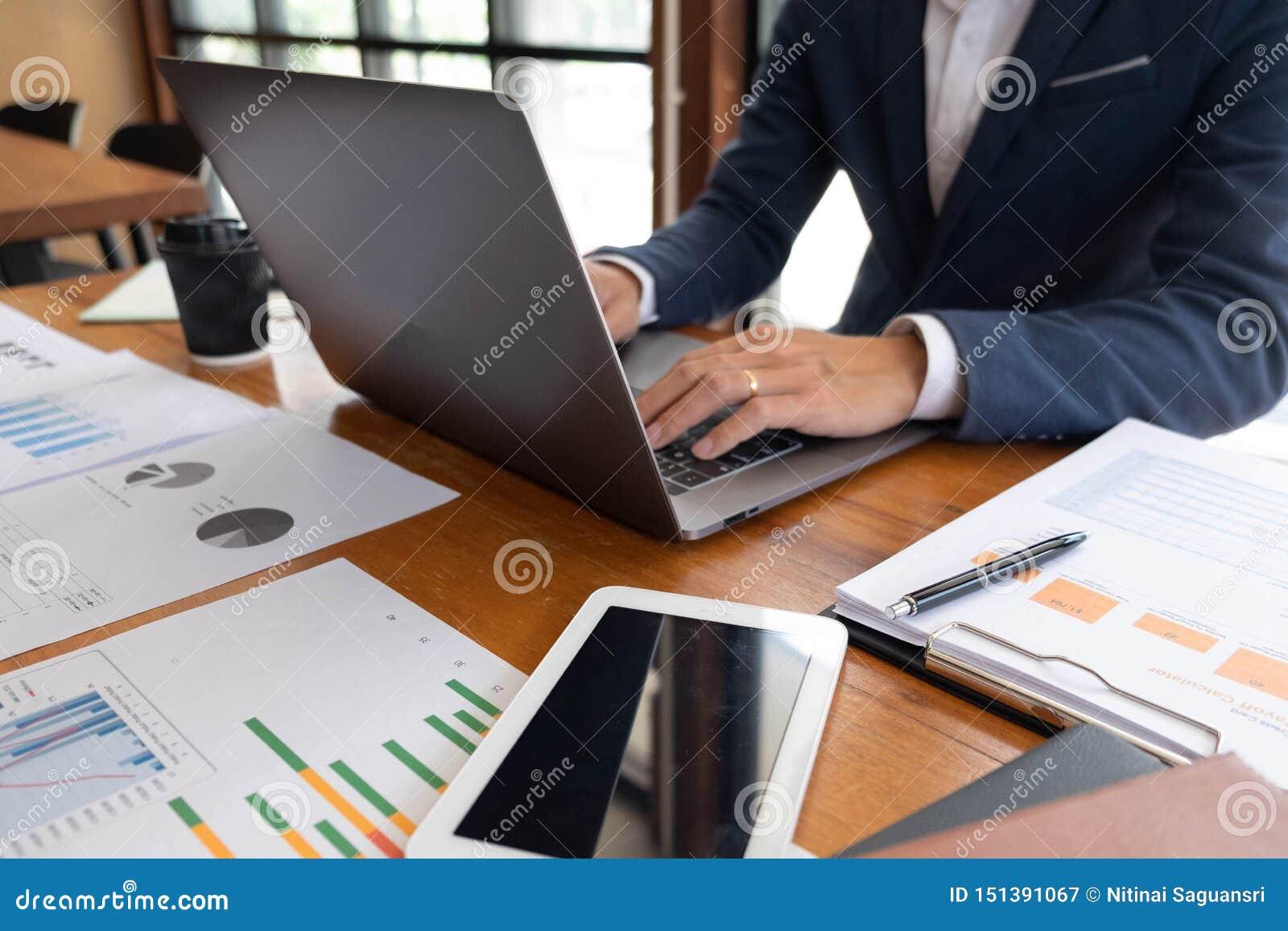 Hombres de negocios, finanzas, trabajo de la contabilidad, cuentas corrientes, usando las calculadoras y la información el encont