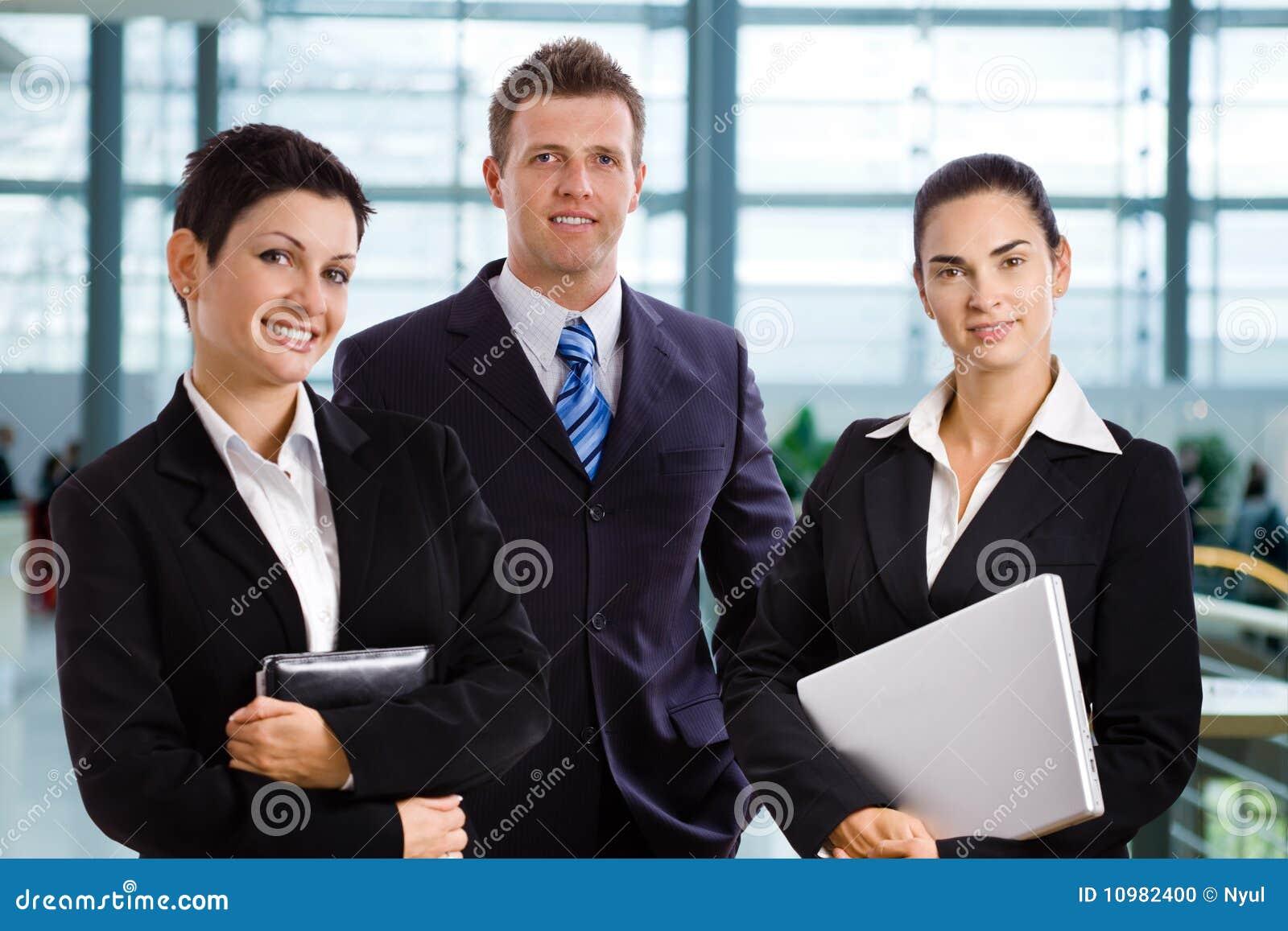 Hombres de negocios jovenes acertados