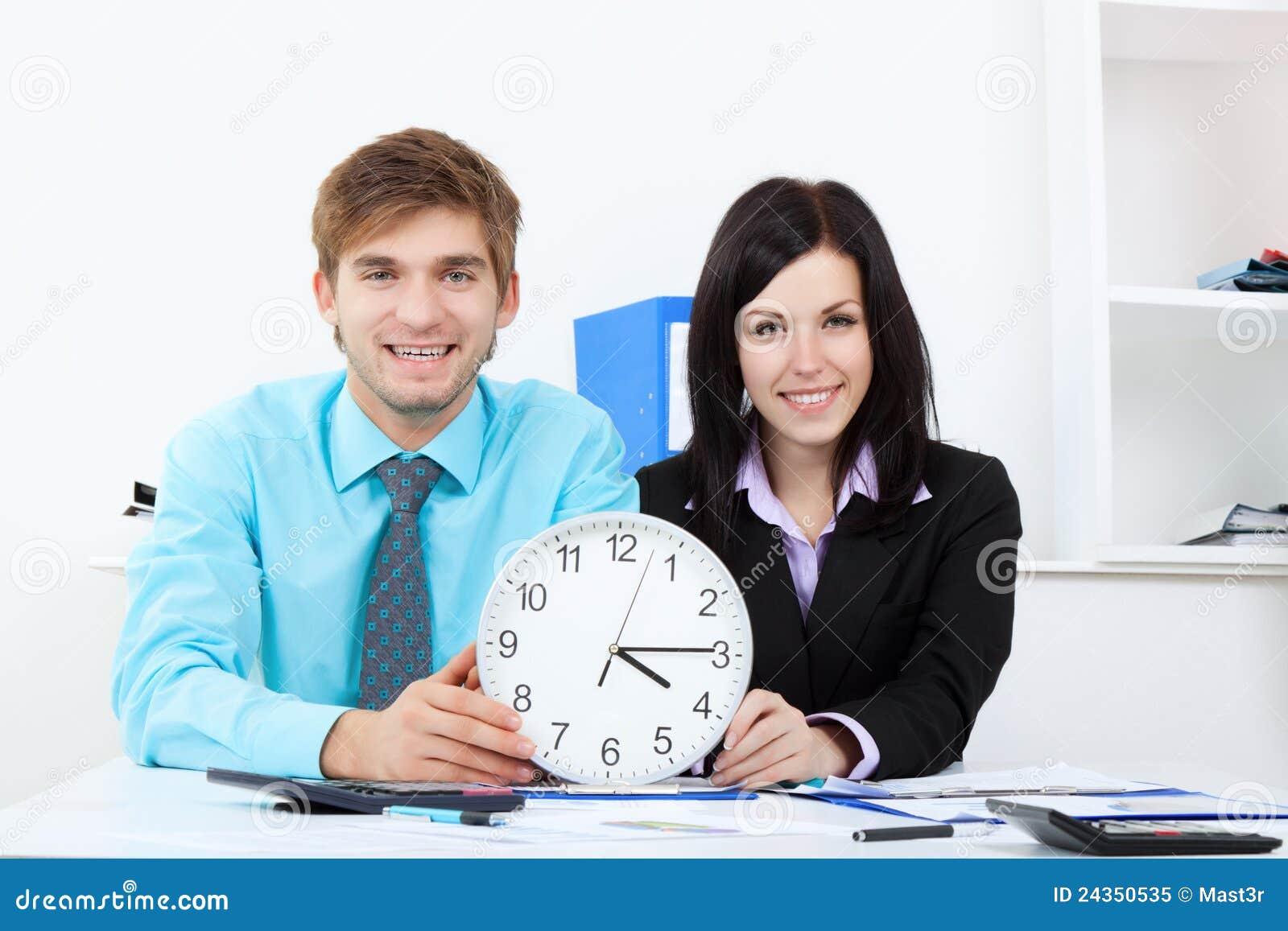Hombres de negocios jovenes en oficina