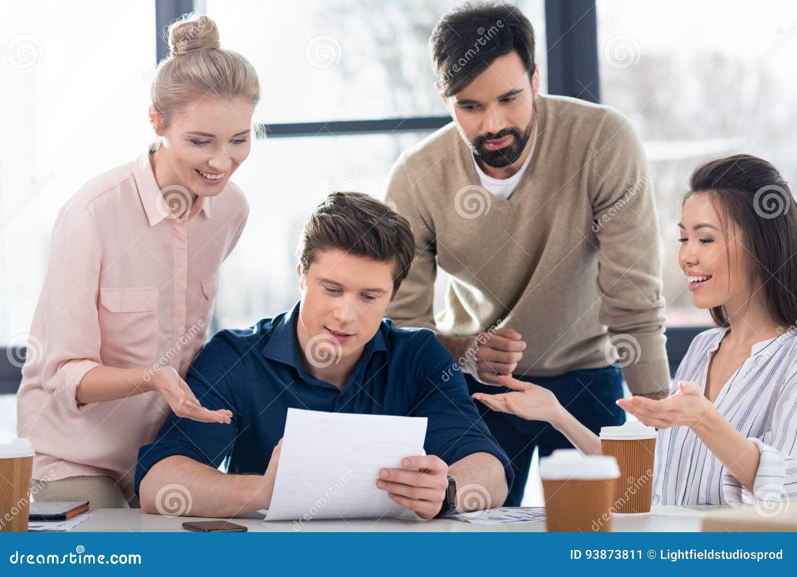 Hombres de negocios jovenes que discuten nuevo proyecto sobre la reunión de la pequeña empresa