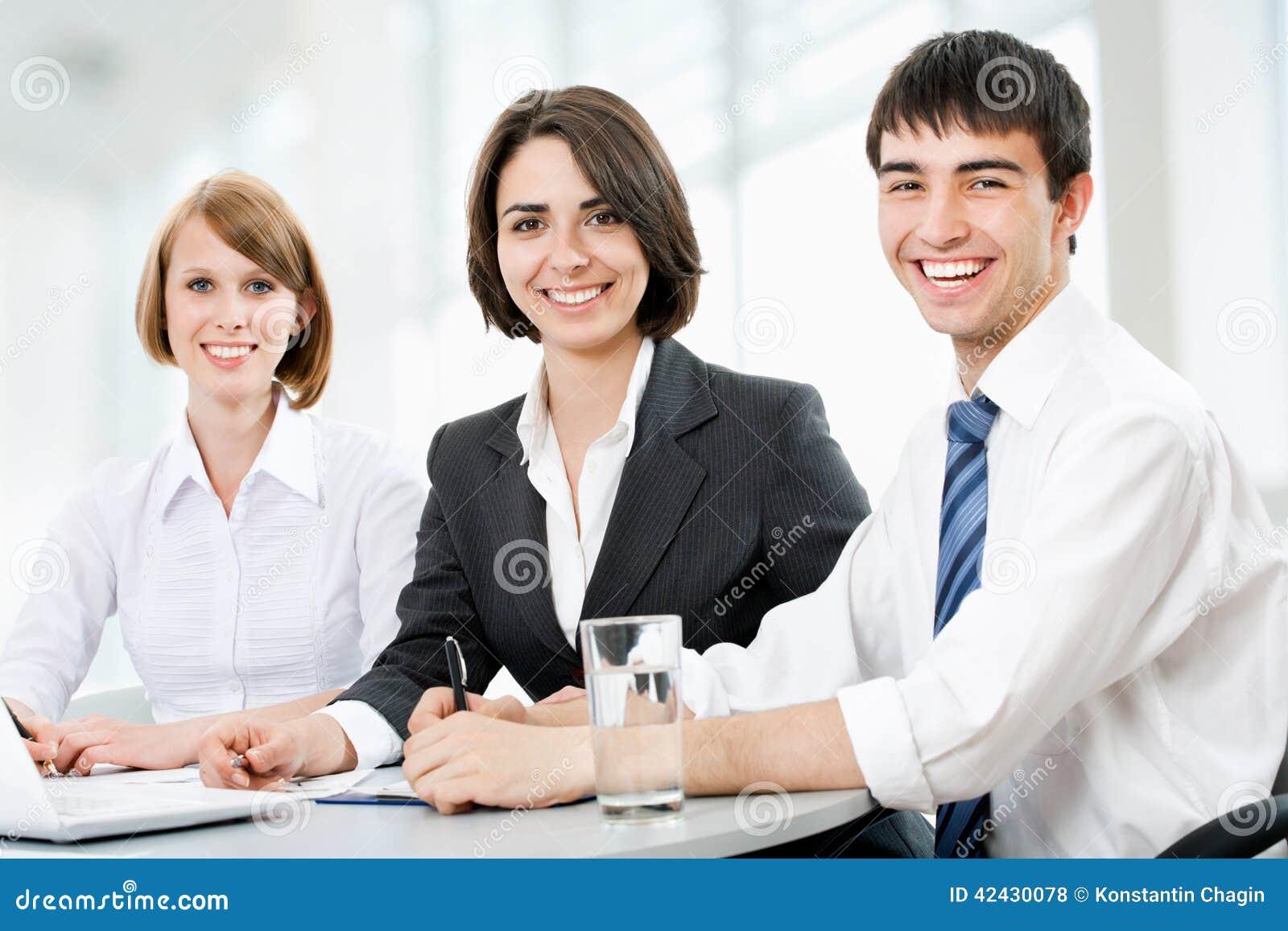 Hombres de negocios jovenes Trabajo en equipo
