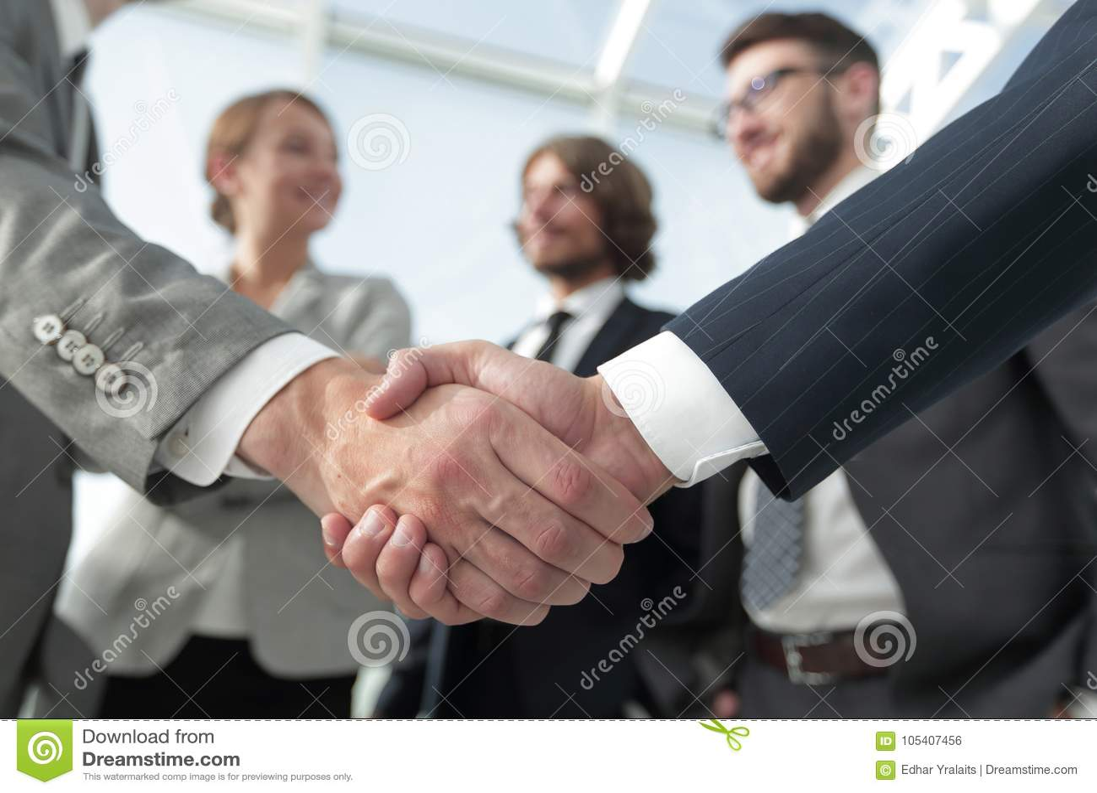 Hombres de negocios de la recepción y del apretón de manos