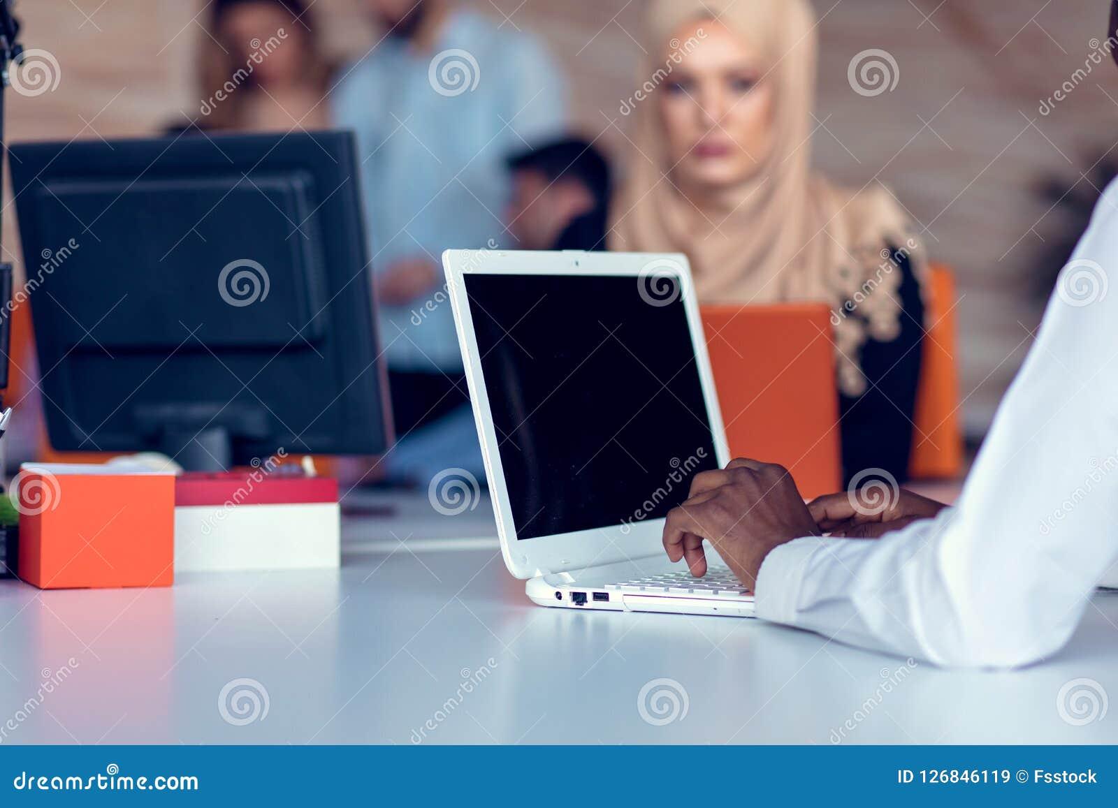 Hombres de negocios de lanzamiento creativos jovenes en la reunión en la oficina moderna que hace planes y proyectos