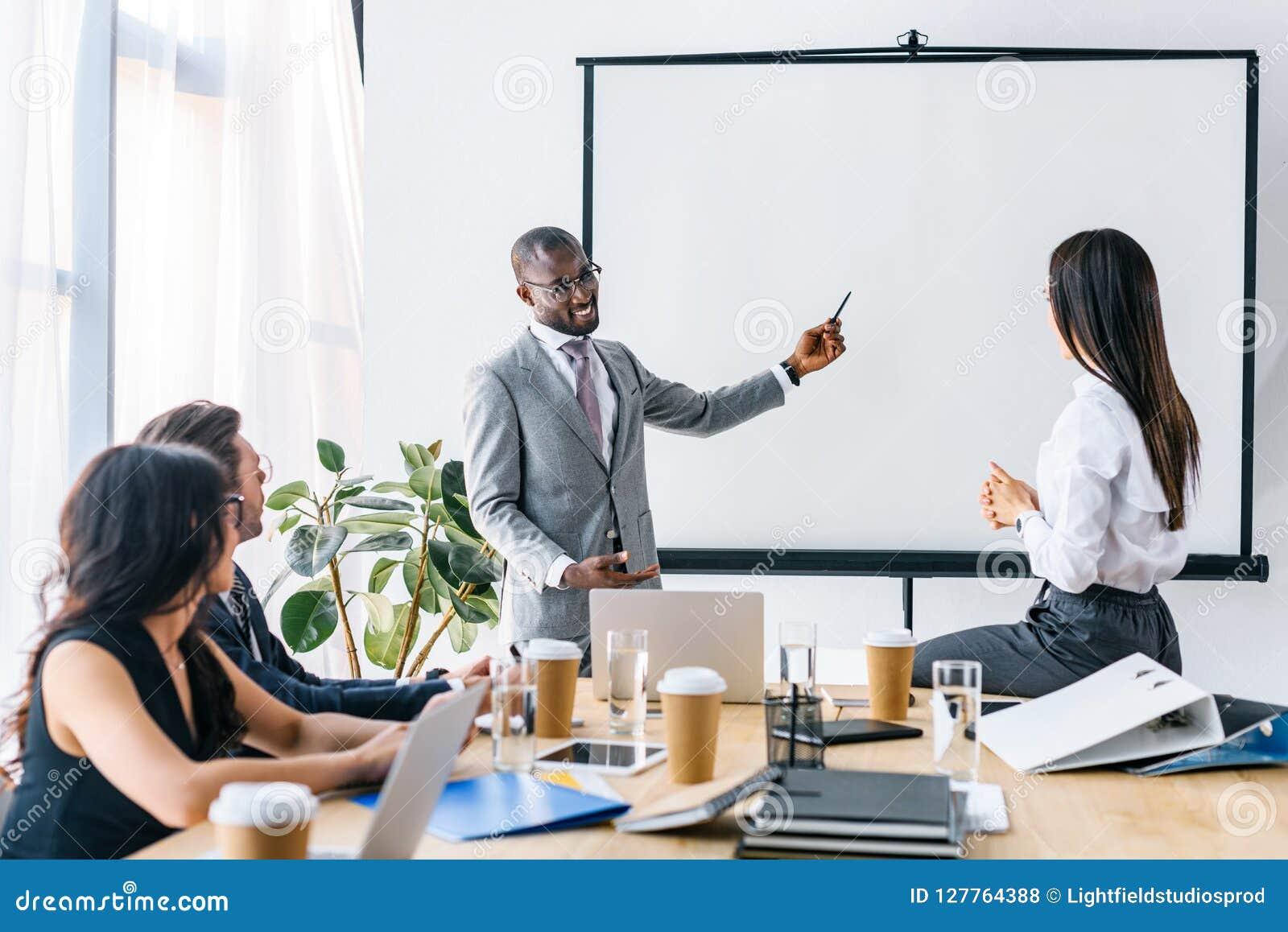 Hombres de negocios multiculturales que tienen reunión de negocios