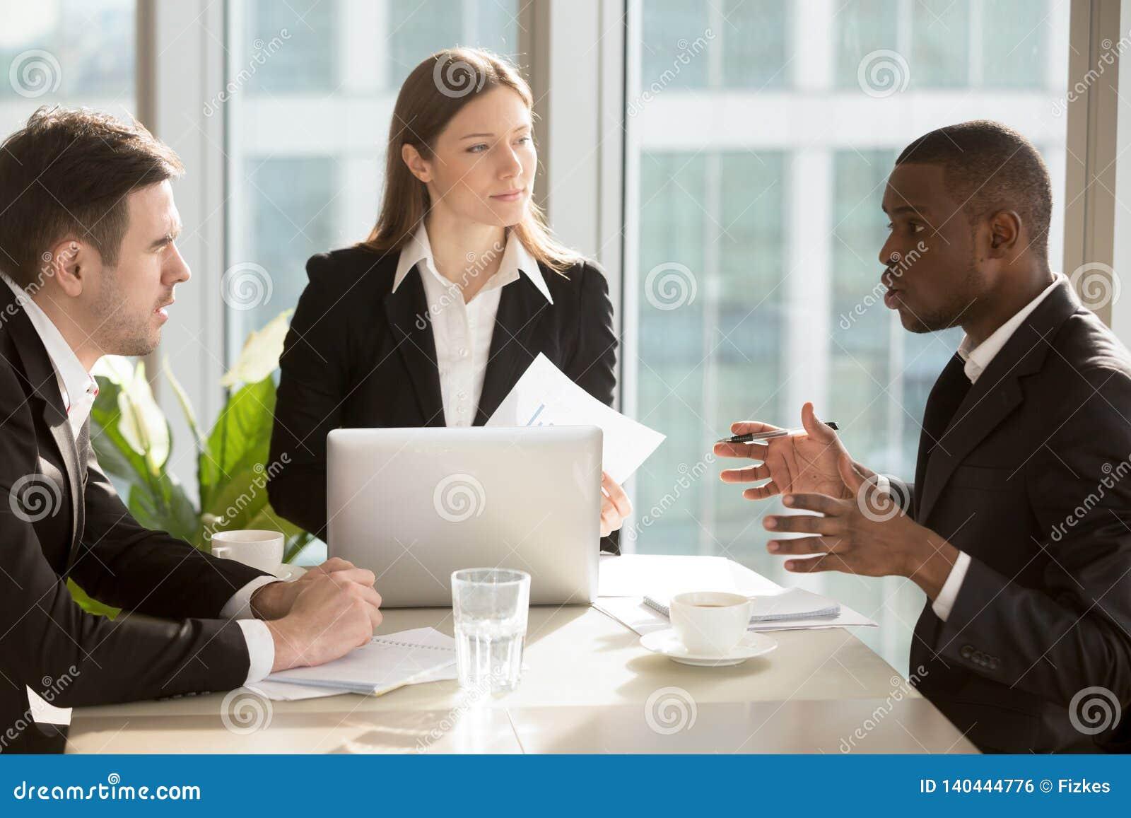 Hombres de negocios multirraciales que trabajan junto proyecto y estrategia empresarial de planificación