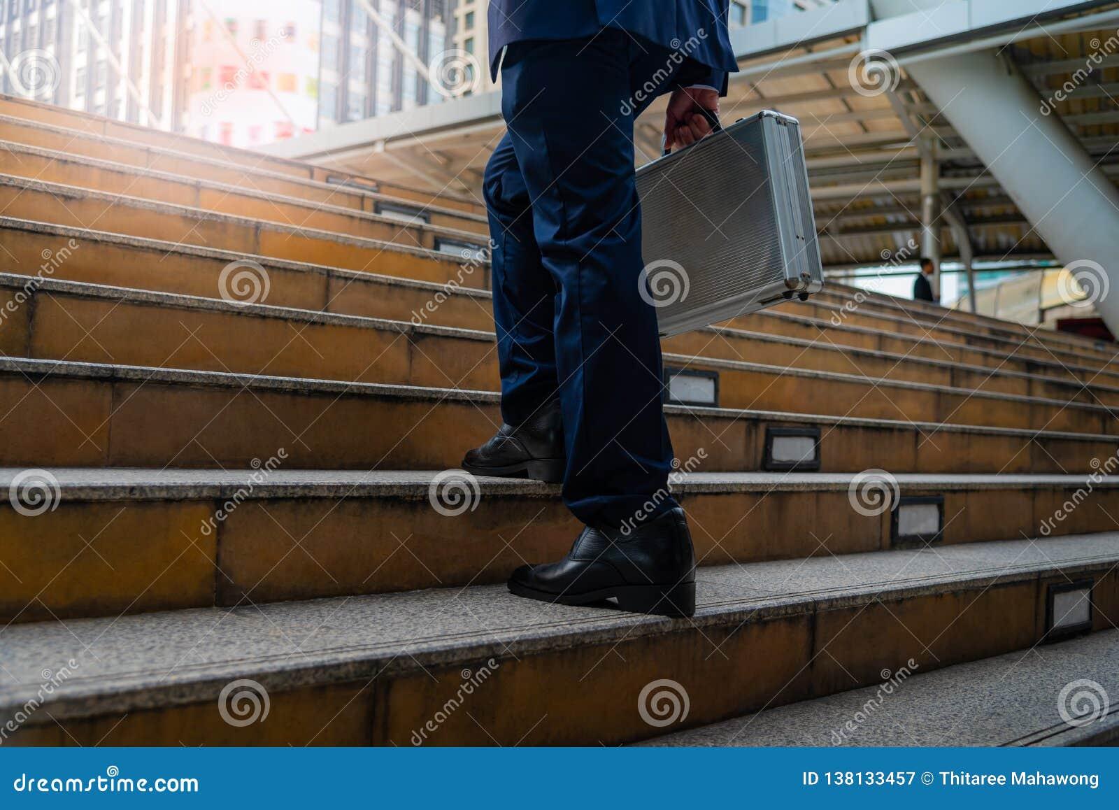 Hombres de negocios que caminan en la ciudad
